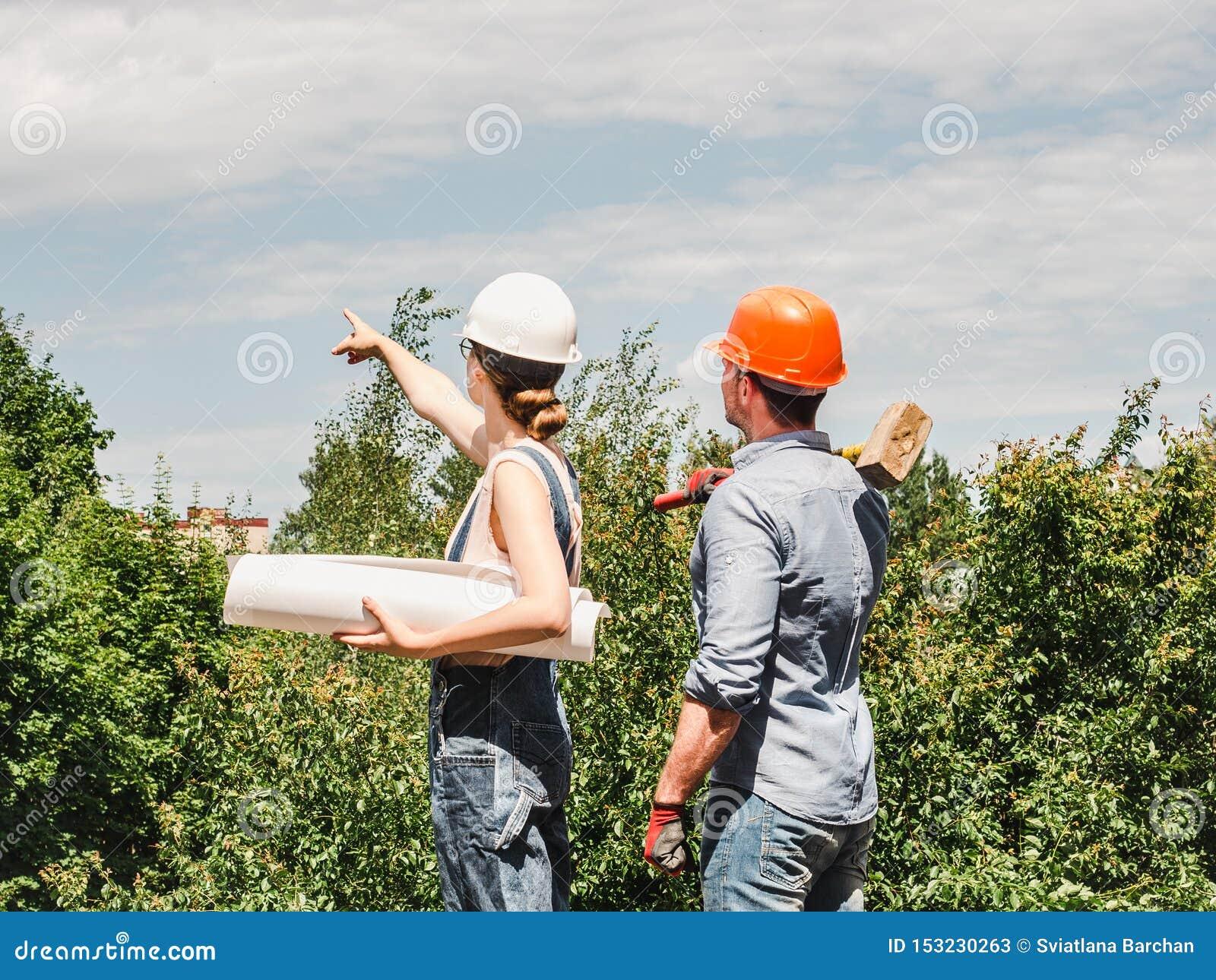 年轻工程师妇女和她的下级工作者