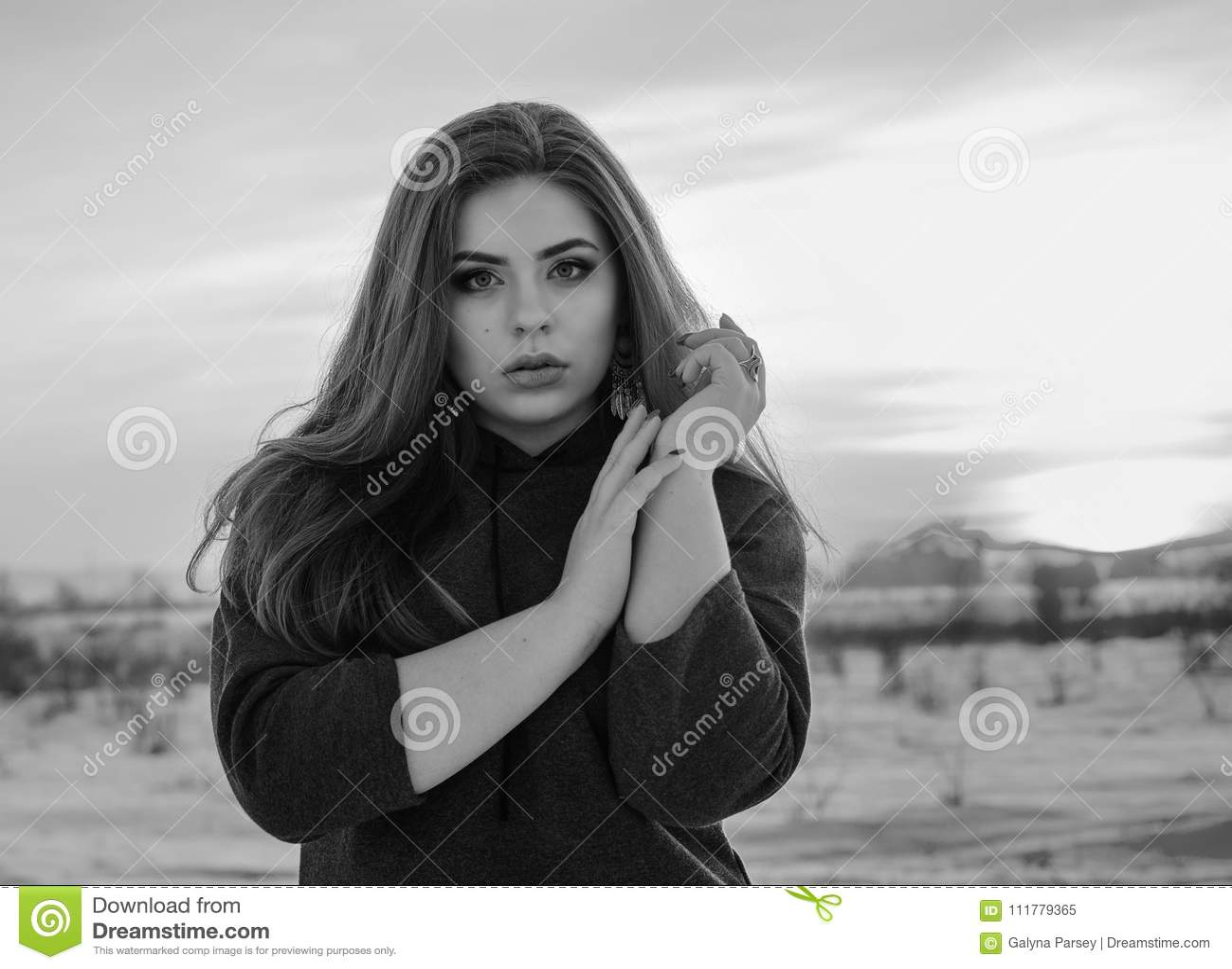 年轻微笑的女孩在冬天