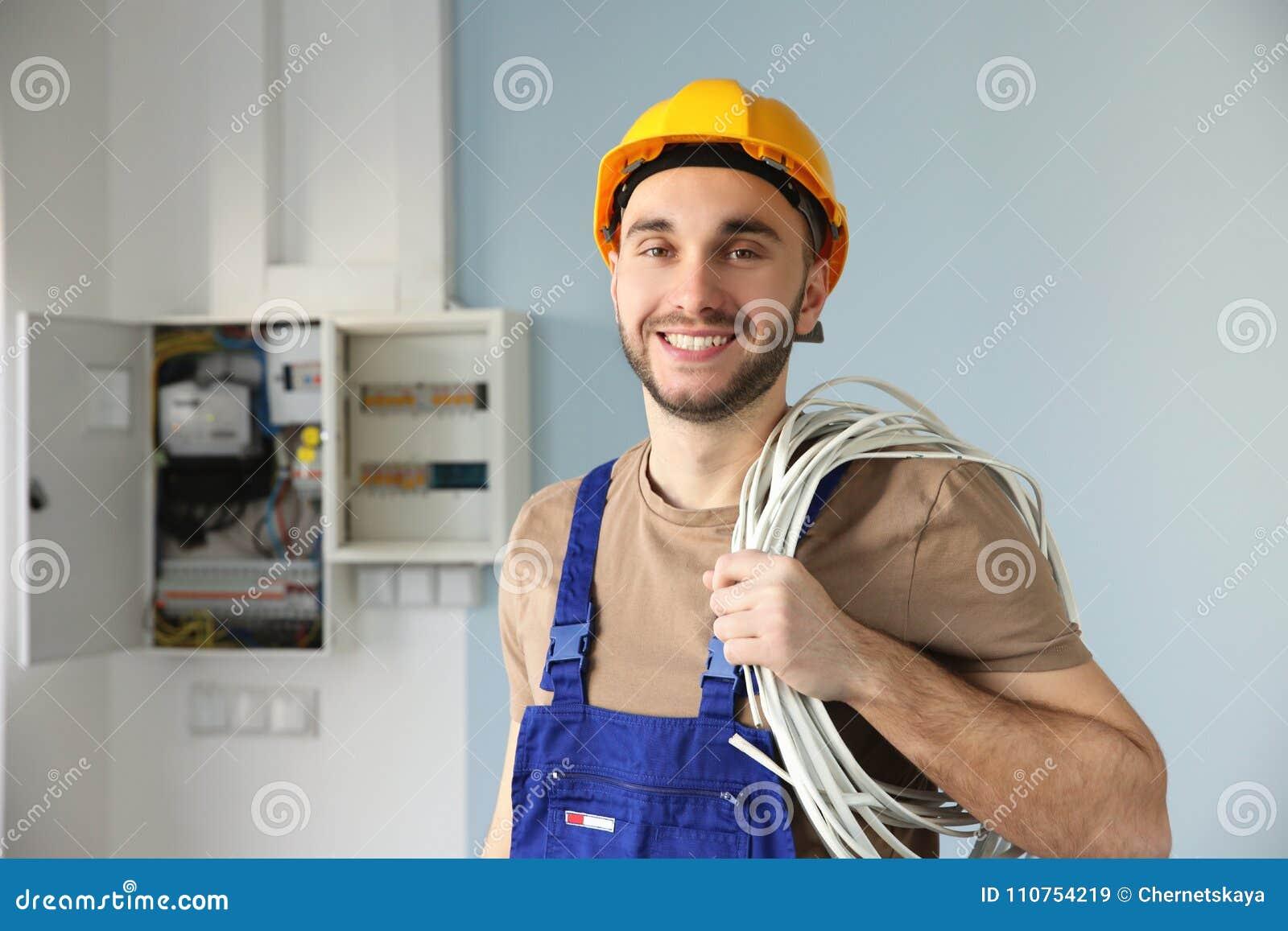 年轻微笑的电工