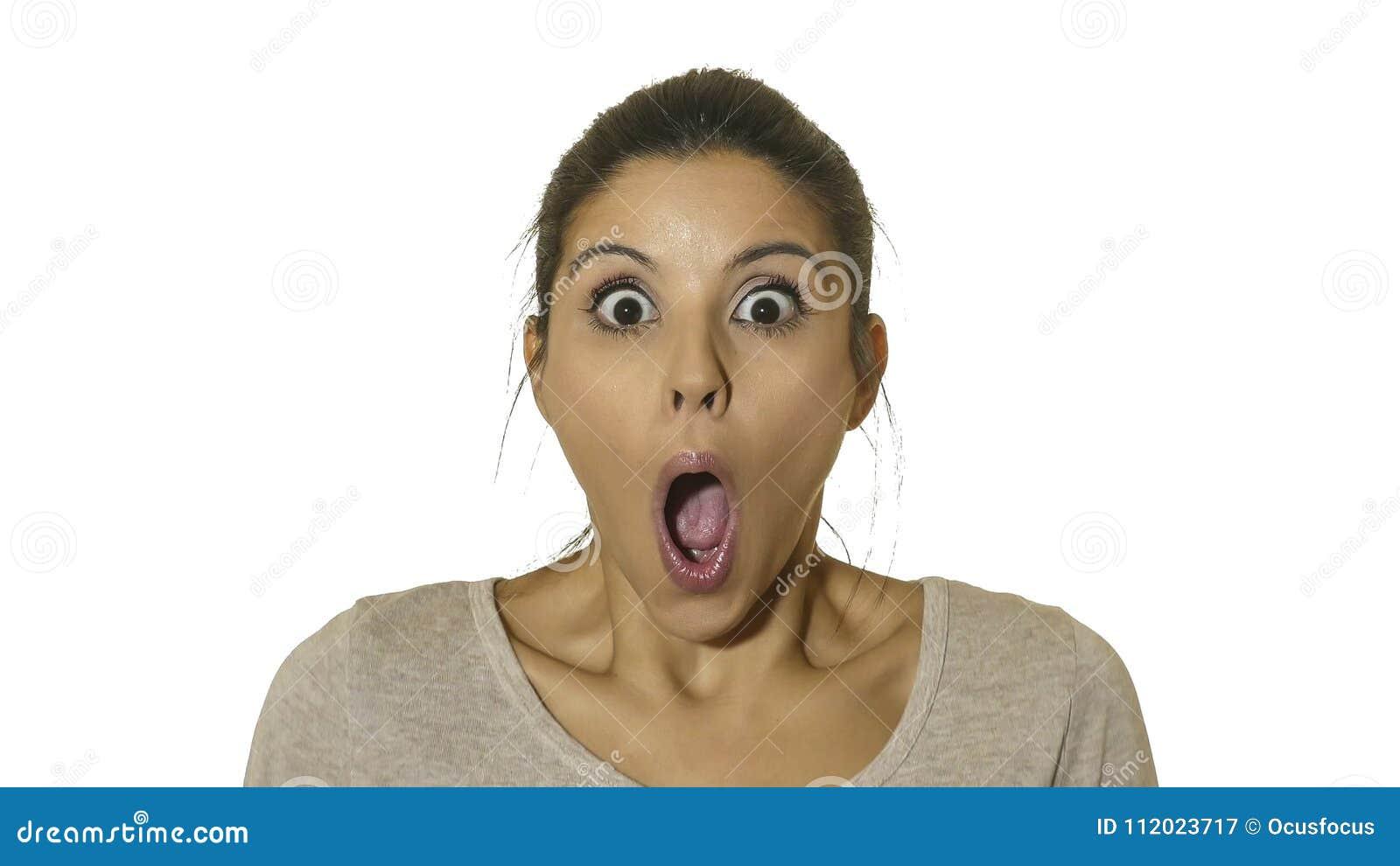 年轻愉快和激动的西班牙妇女30s顶头画象的惊奇的和吃惊的面孔大开表示眼睛和的嘴是