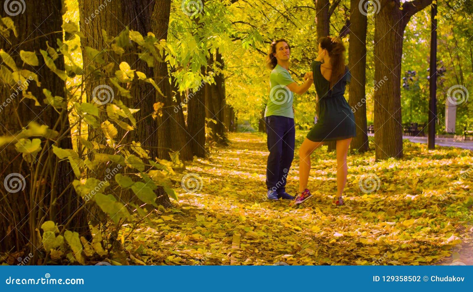 年轻愉快的夫妇跳舞在秋天公园 股票录像