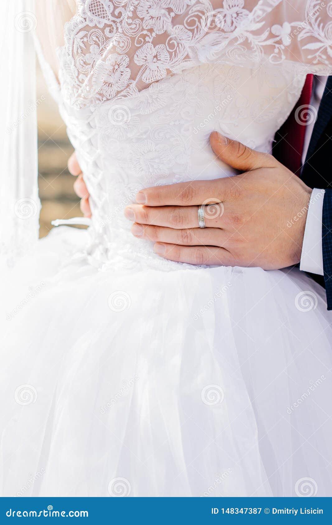 年轻新郎拥抱新娘