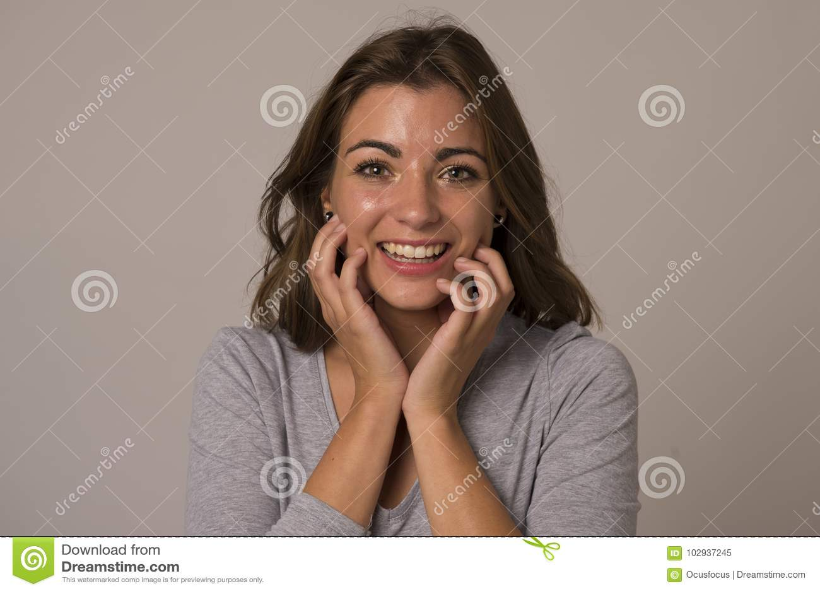 年轻有吸引力和美好妇女尖叫激动和愉快在好的显示正面和乐趣的震动和惊奇