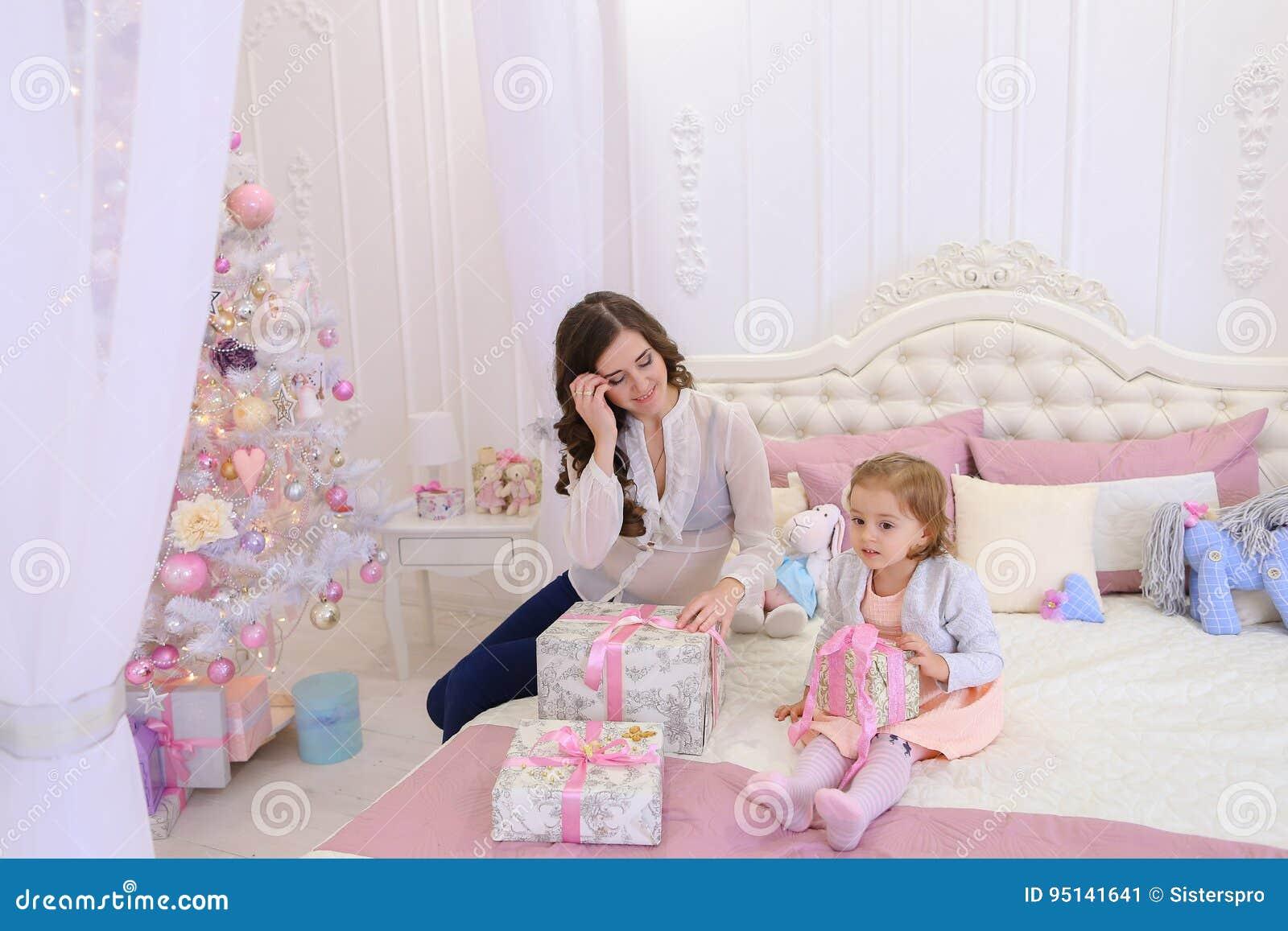 年轻母亲和小女儿为新年holi做准备