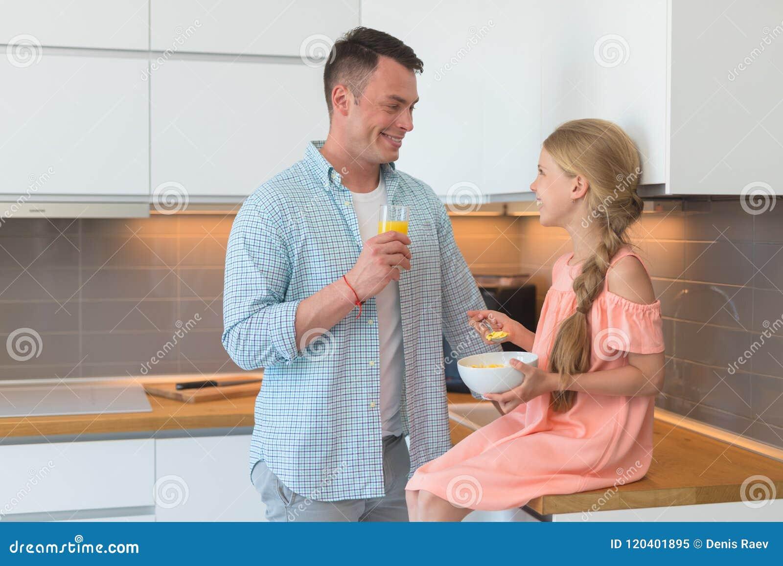 年轻父亲和一个小女儿食用一顿早餐
