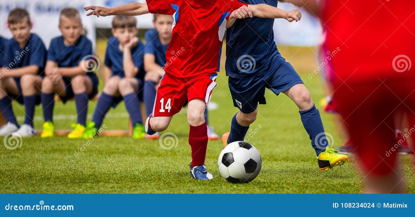 年轻球员的足球比赛 训练和橄榄球孩子的足球比赛