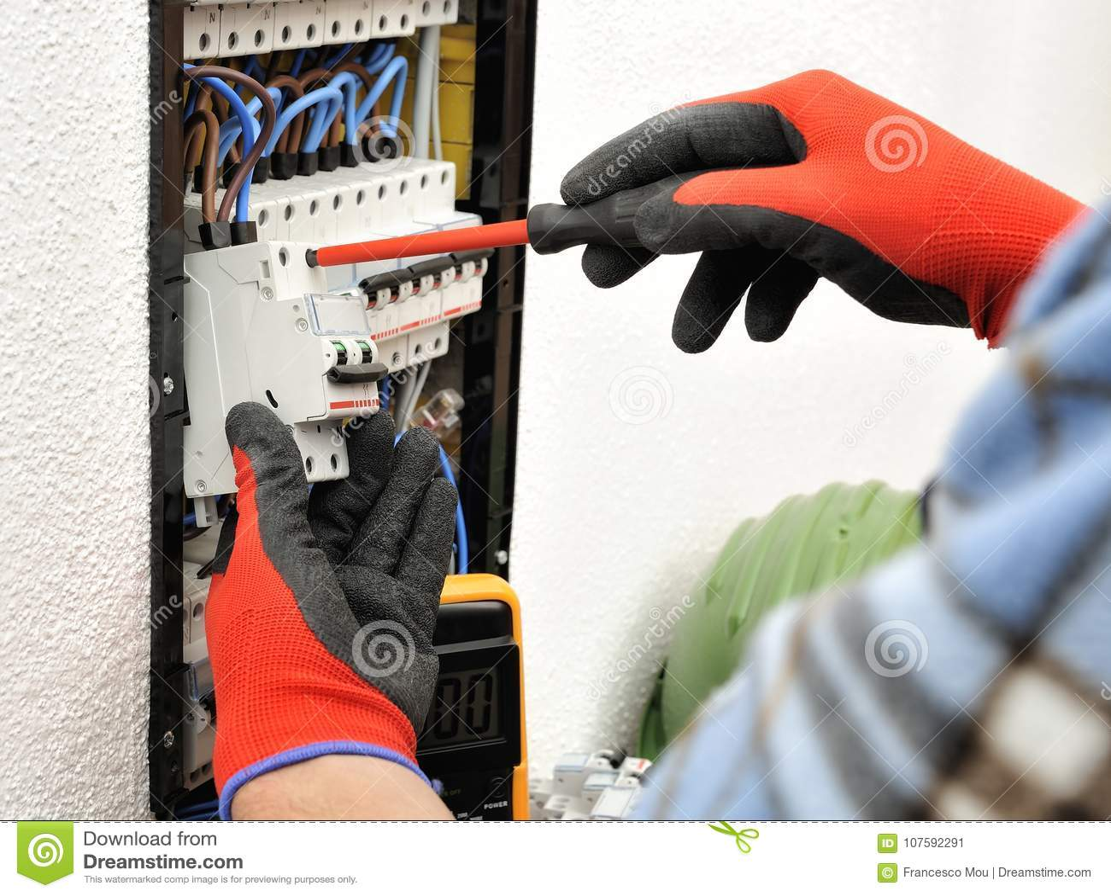 年轻电工技术员在一个电子盘区的工作与