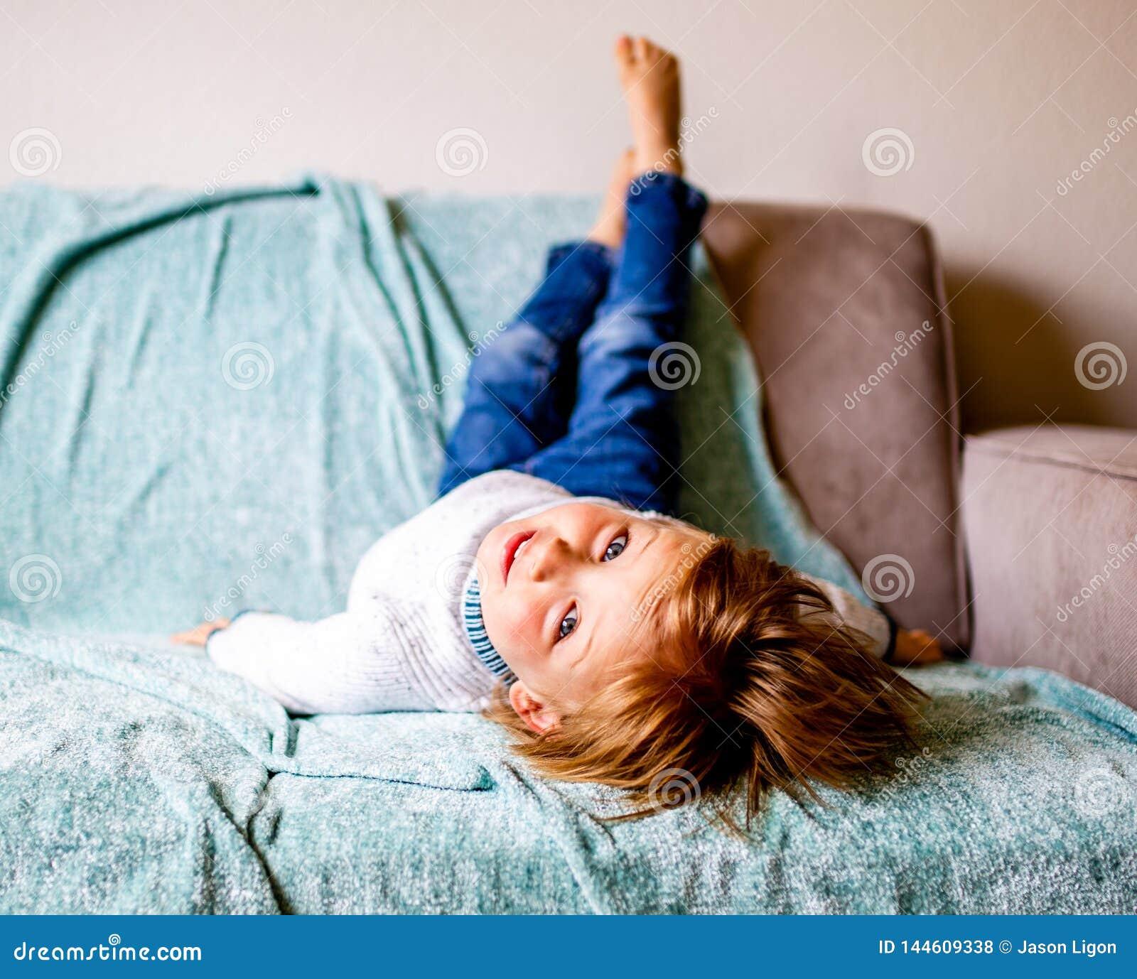 年轻男孩在长沙发放置