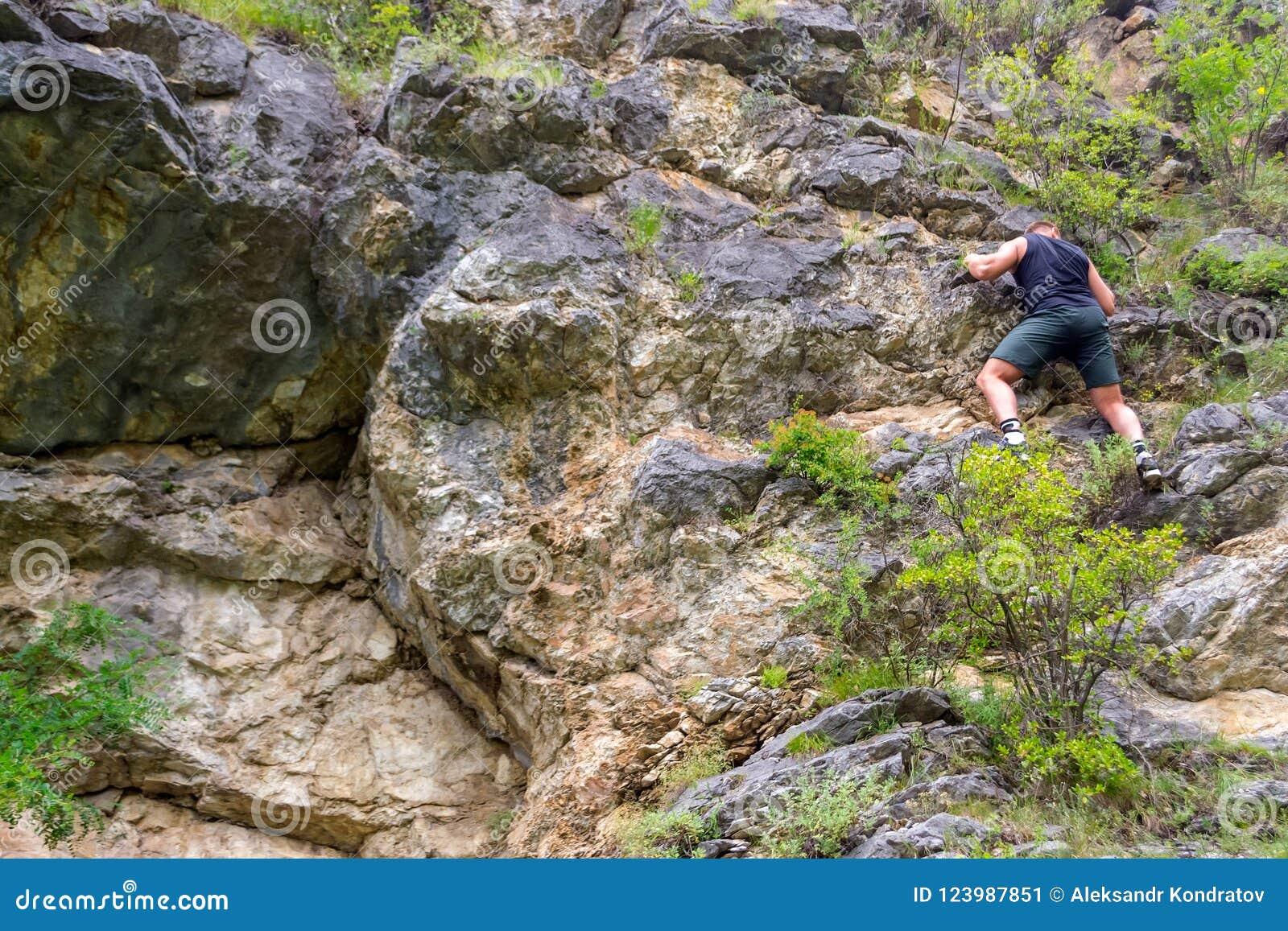 年轻男孩登山人