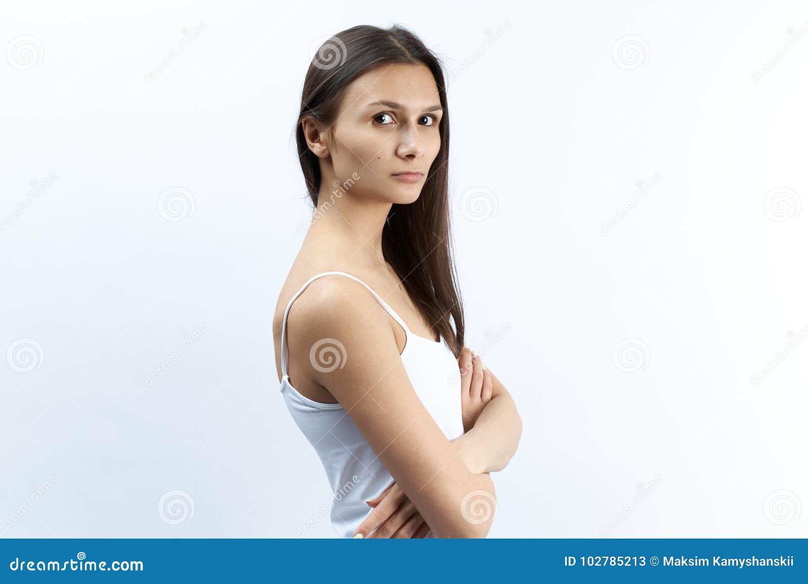 年轻白种人妇女演播室画象有严肃的翻倒diss的
