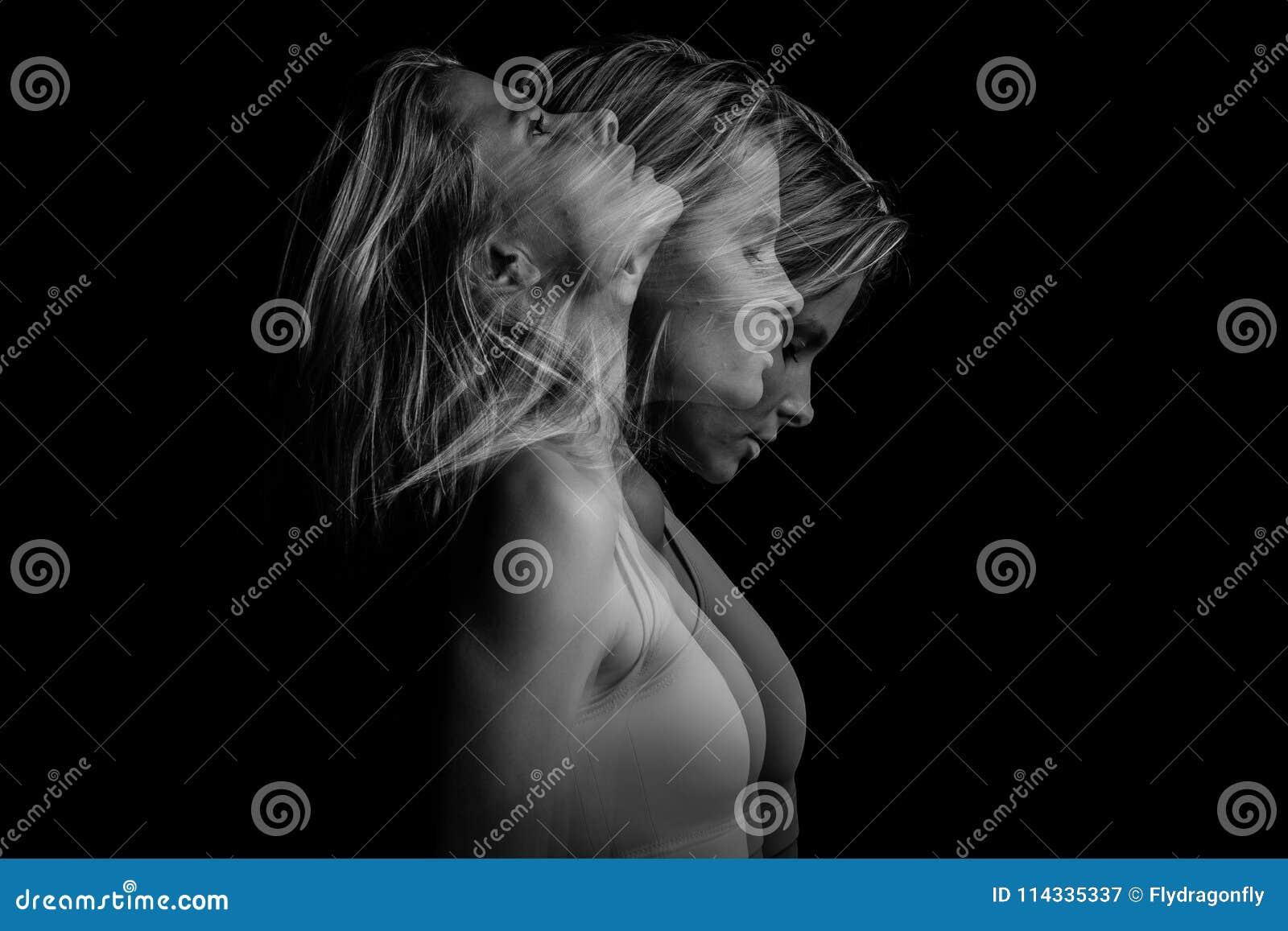 年轻白肤金发的妇女美丽的幽灵神秘的神奇模棱两可的原始的概念性外形边画象a的