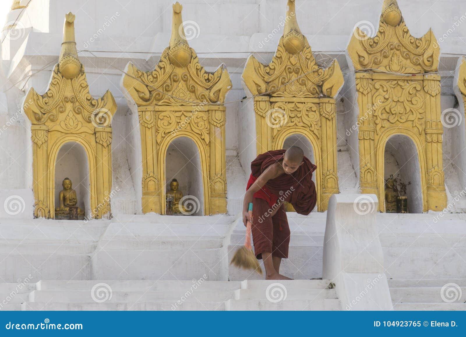 年轻缅甸修士清洁寺庙