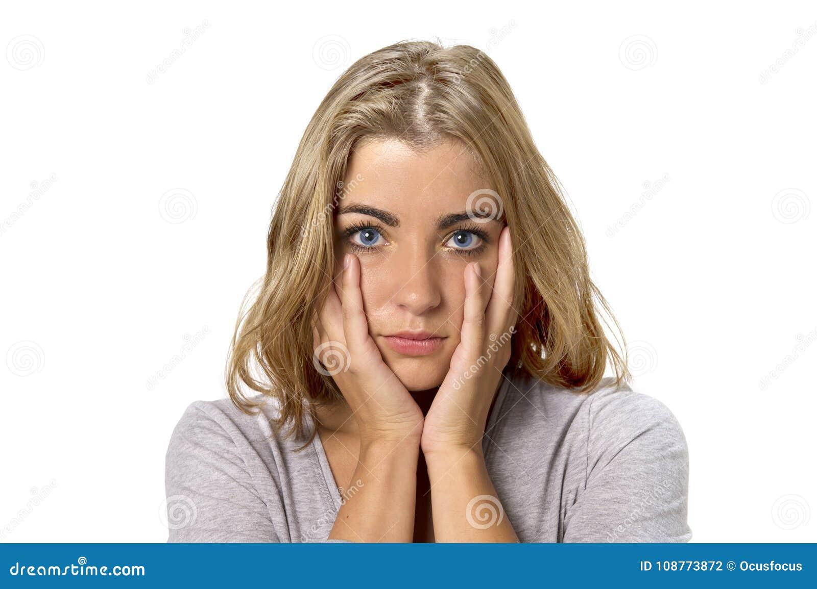 年轻美丽和甜白肤金发的女孩顶头画象有看起来的蓝眼睛的哀伤和沮丧,害羞和担心在悲伤情感