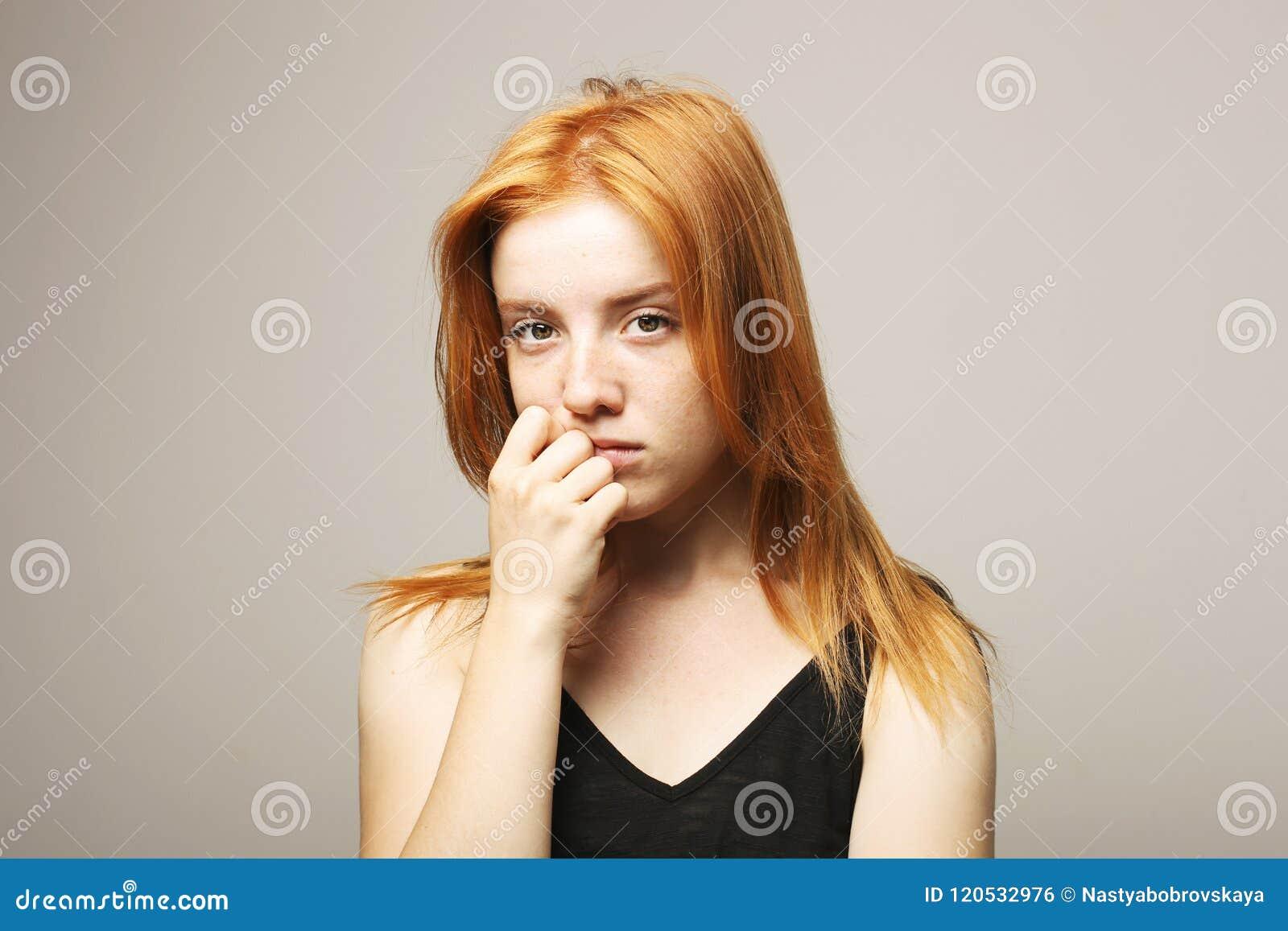 年轻美丽的妇女,有吸引力的自然红头发人,显示情感,表情,摆在被隔绝的背景