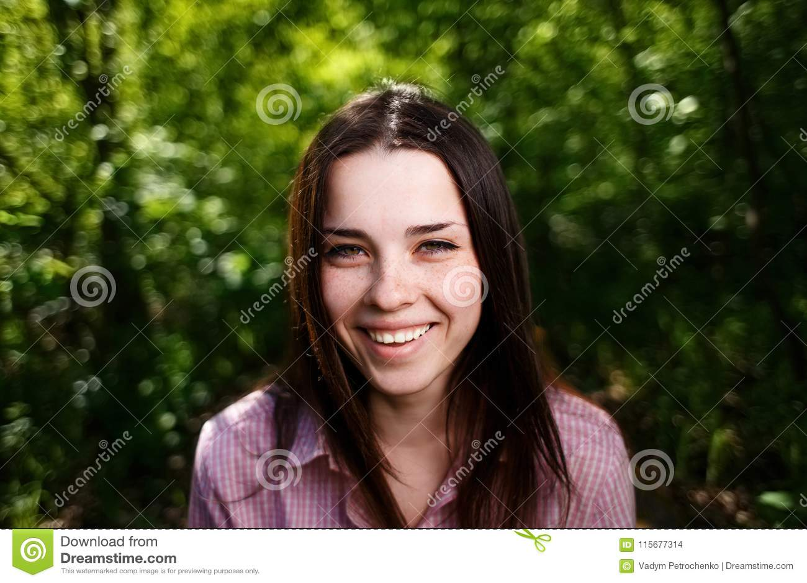 年轻美丽的有雀斑的绿眼的笑的妇女以健康