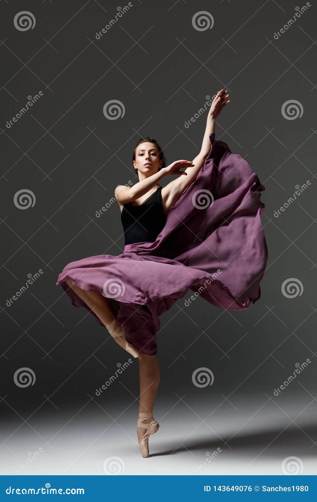 年轻美丽的芭蕾舞女演员在演播室摆在