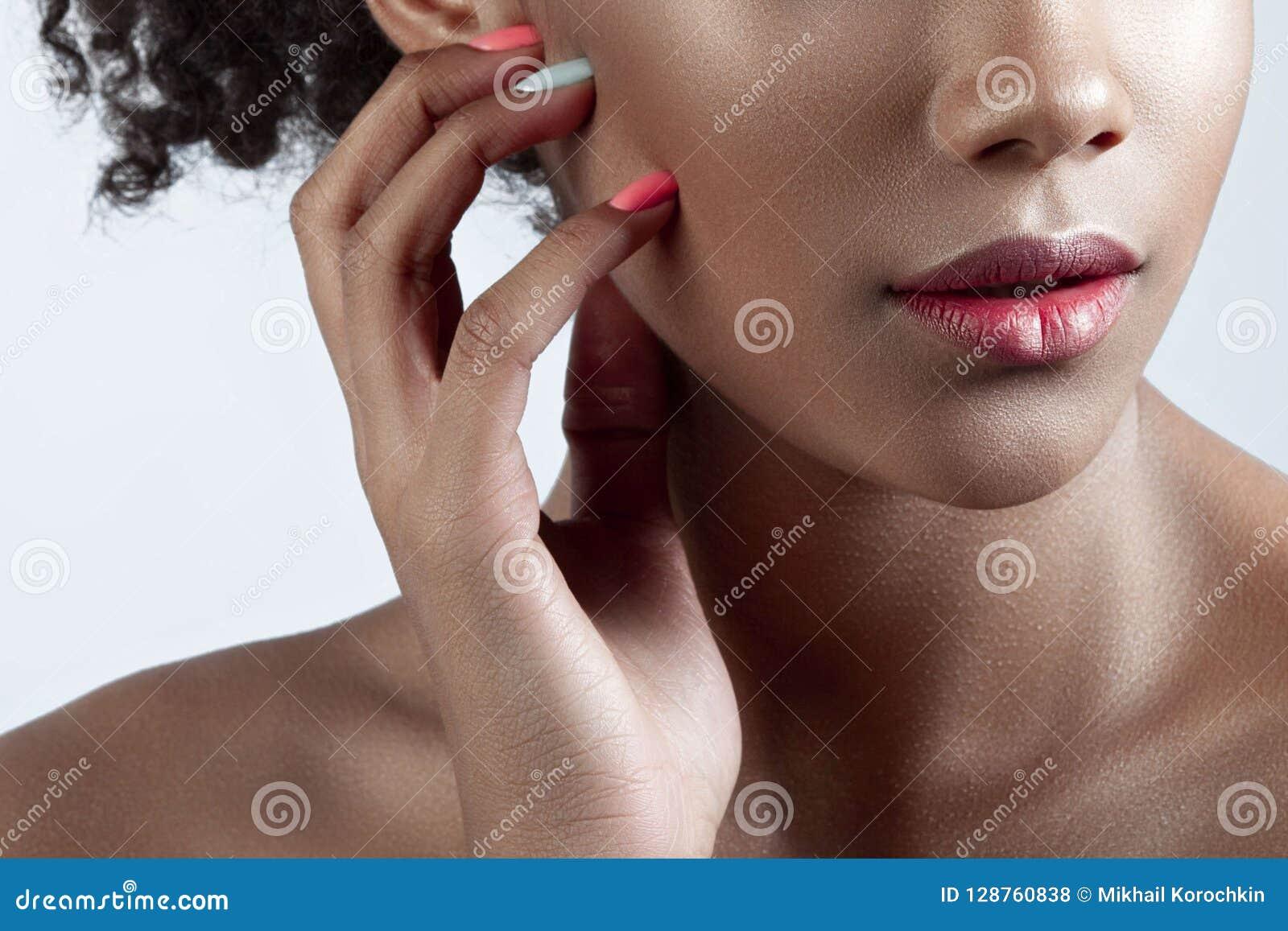 年轻美丽的黑人妇女的棕榈和嘴唇有干净的完善