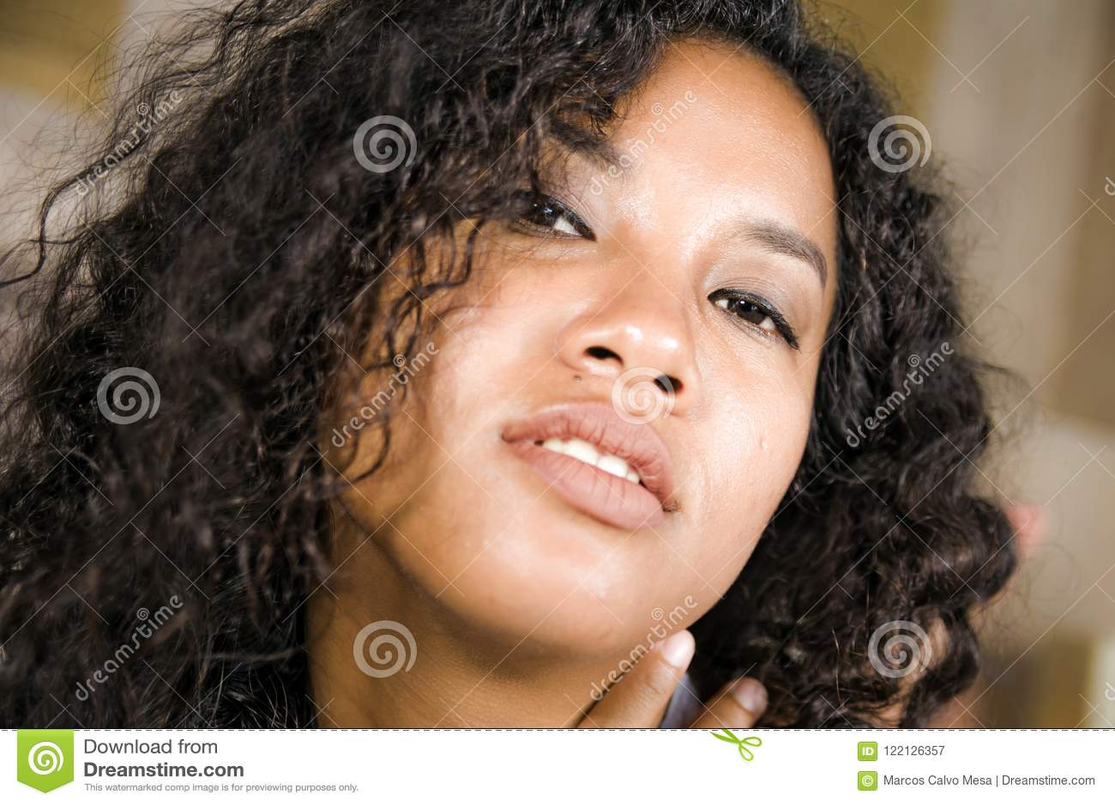 年轻美好和性感的混杂的种族拉丁和非裔美国人的妇女生活方式接近的顶头画象有华美卷曲的
