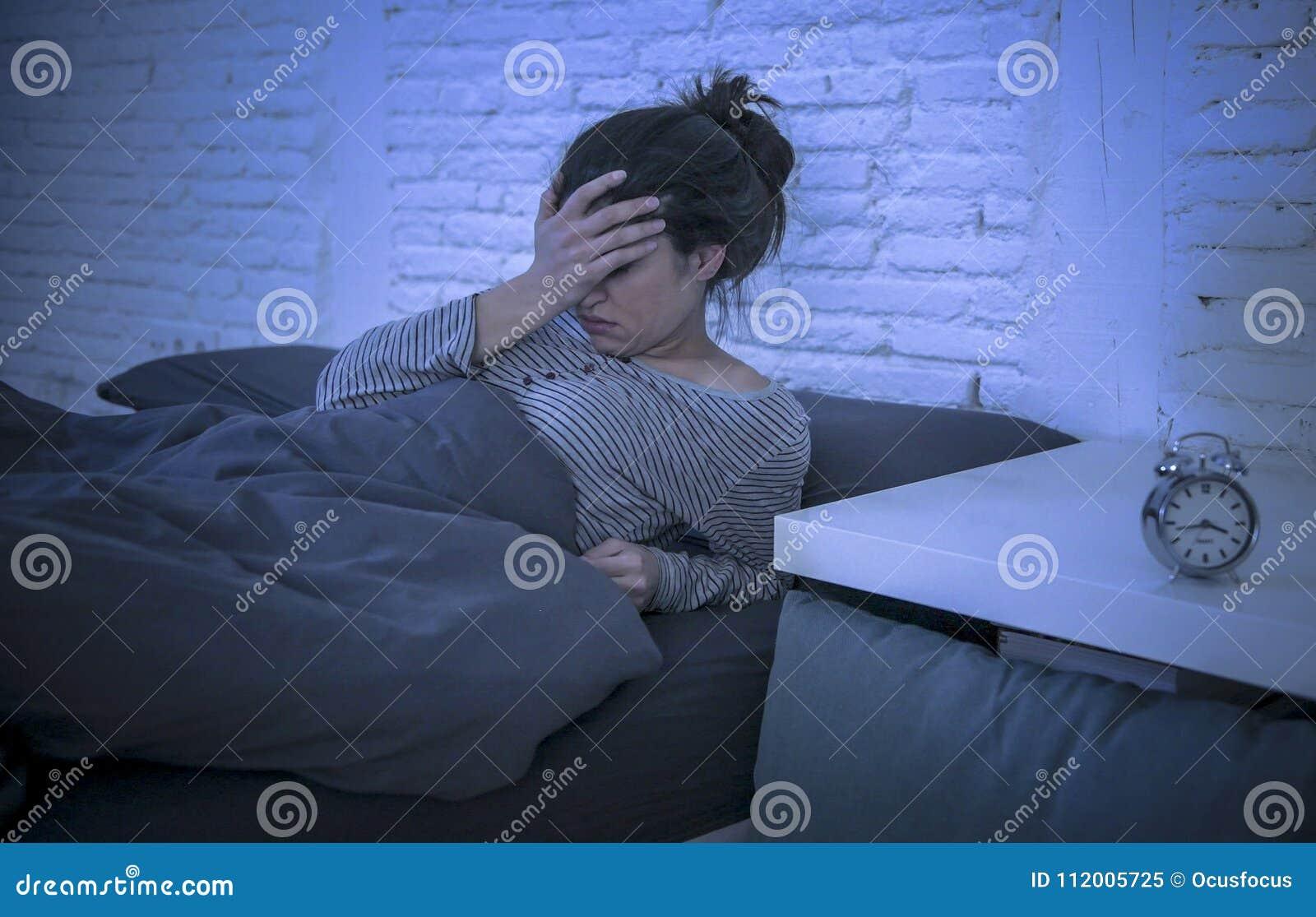 年轻美好的哀伤和担心的拉丁妇女遭受的失眠和无法失眠的问题在晚上说谎的o后睡觉