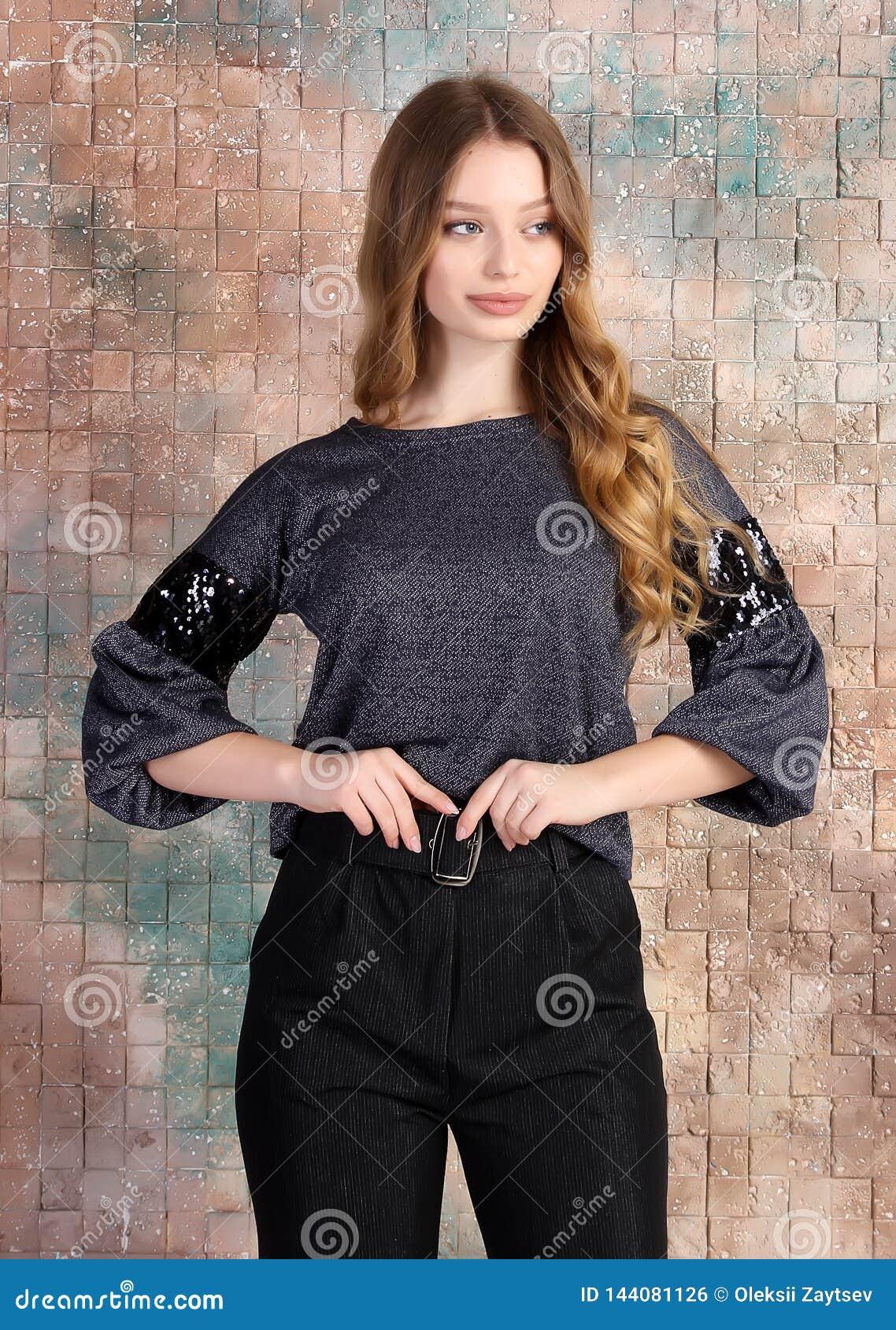 年轻美好的女性模型时尚照片在礼服的