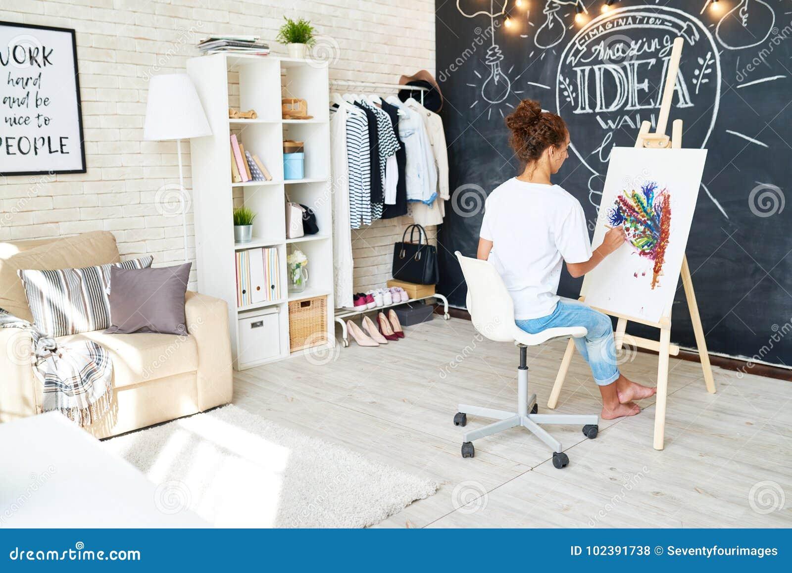 年轻艺术家的创造性的工作区