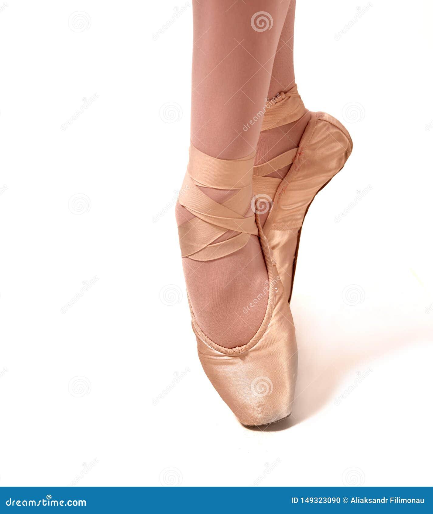 年轻芭蕾舞女演员跳舞,站立在pointe