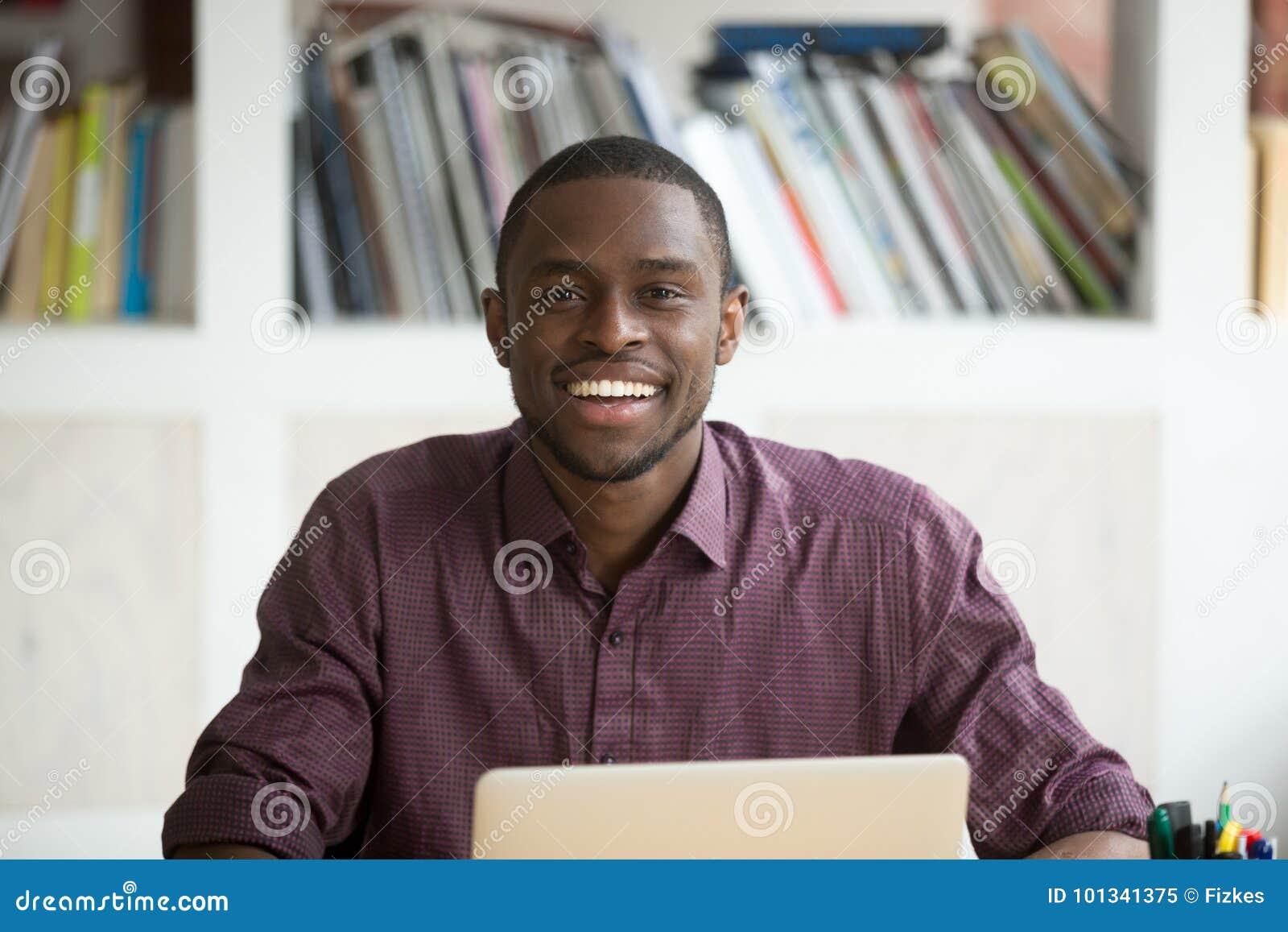 年轻英俊的微笑的非裔美国人的商人画象