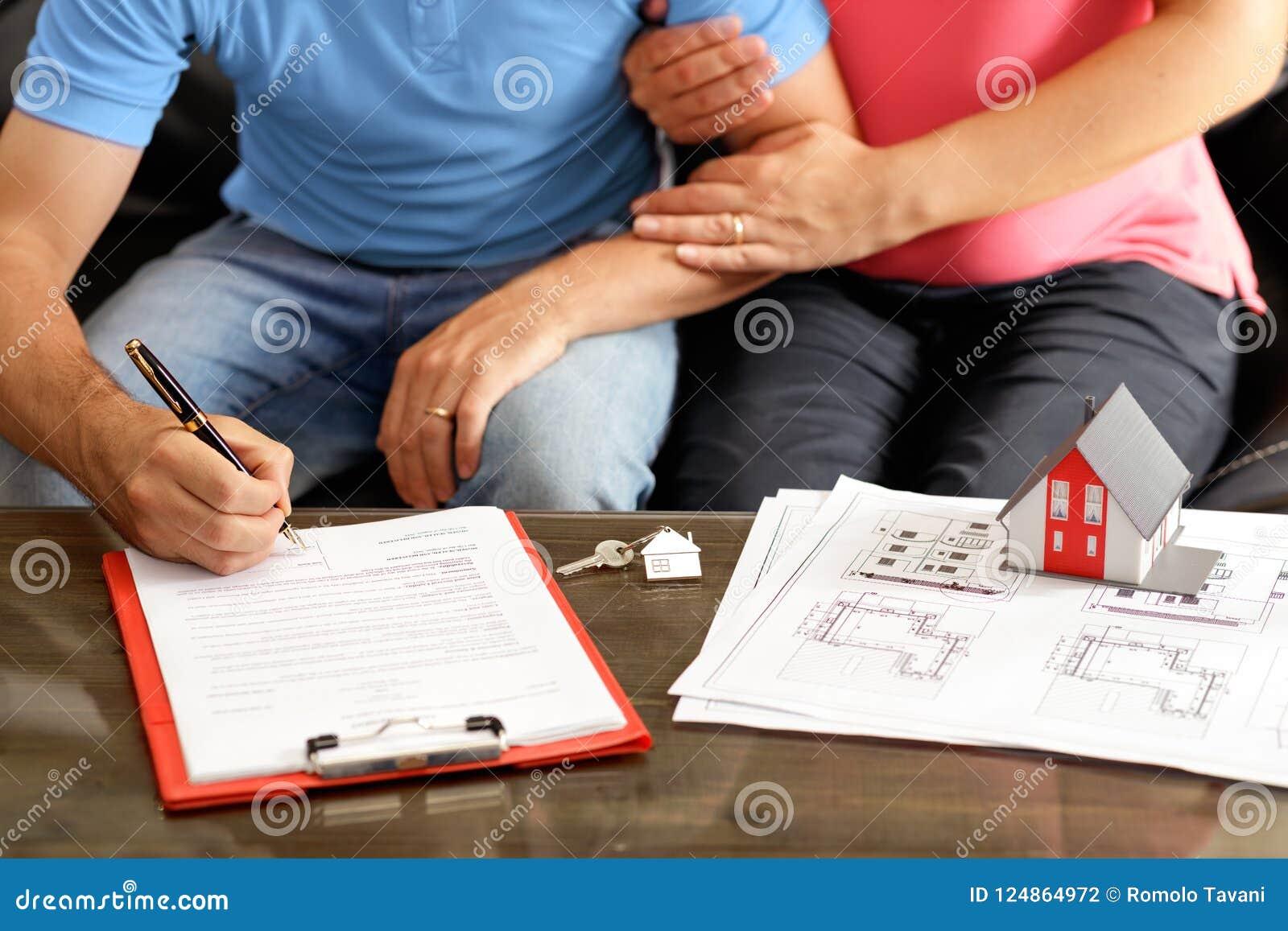 年轻议院的夫妇签署的放款合同