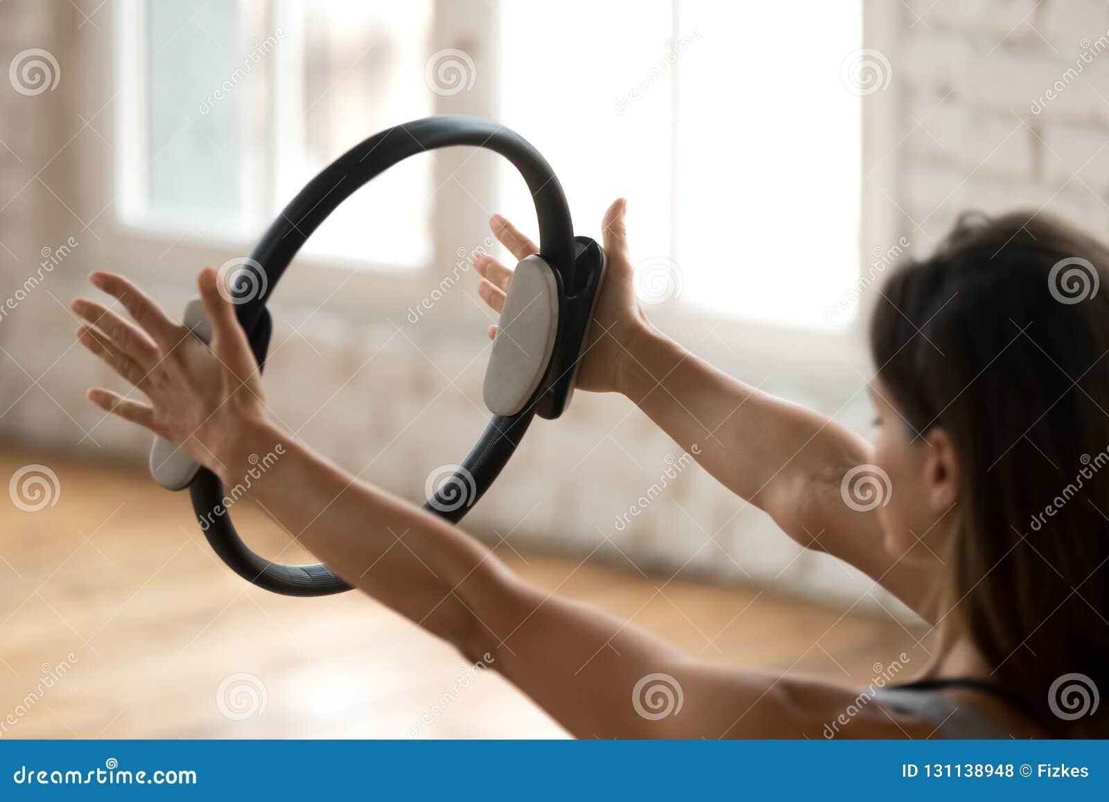 年轻运动的与pilates ri的妇女实践的健身锻炼