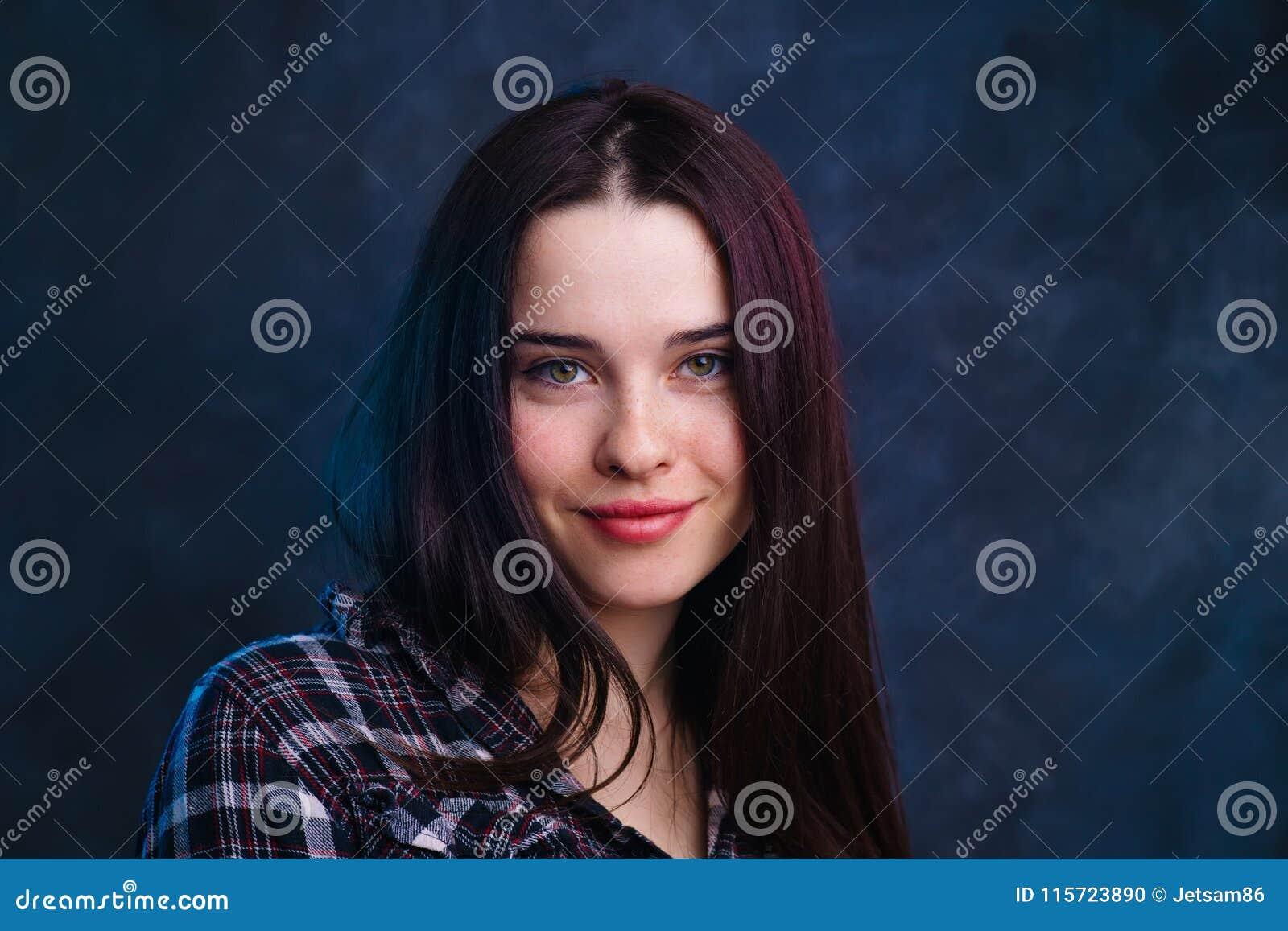 年轻逗人喜爱的微笑的女孩演播室射击 自然秀丽,最小的ma