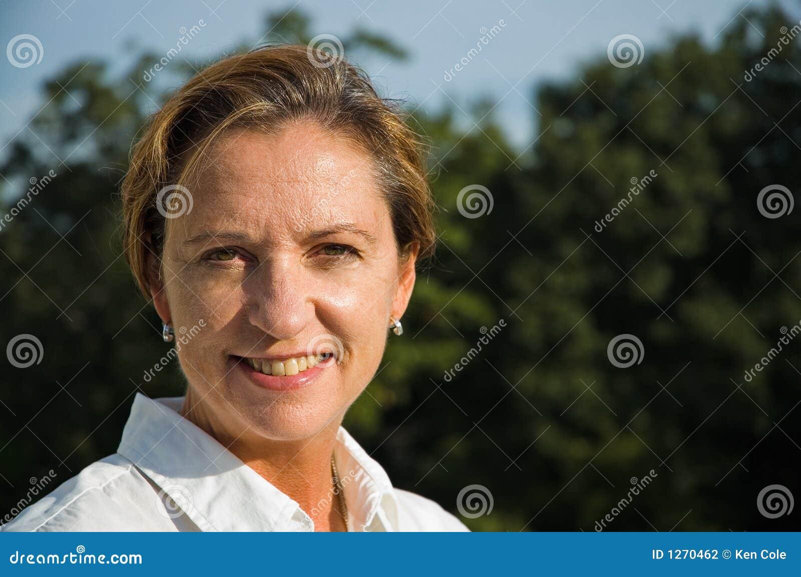 年龄中间微笑的妇女