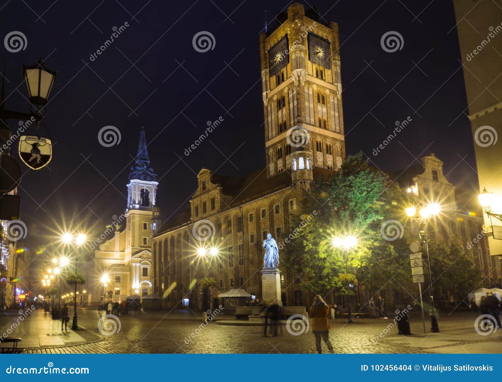 2017年 10 20托伦波兰,托伦市街道夜视图,与城镇厅的老镇地平线,一东部EU的最大的大厅