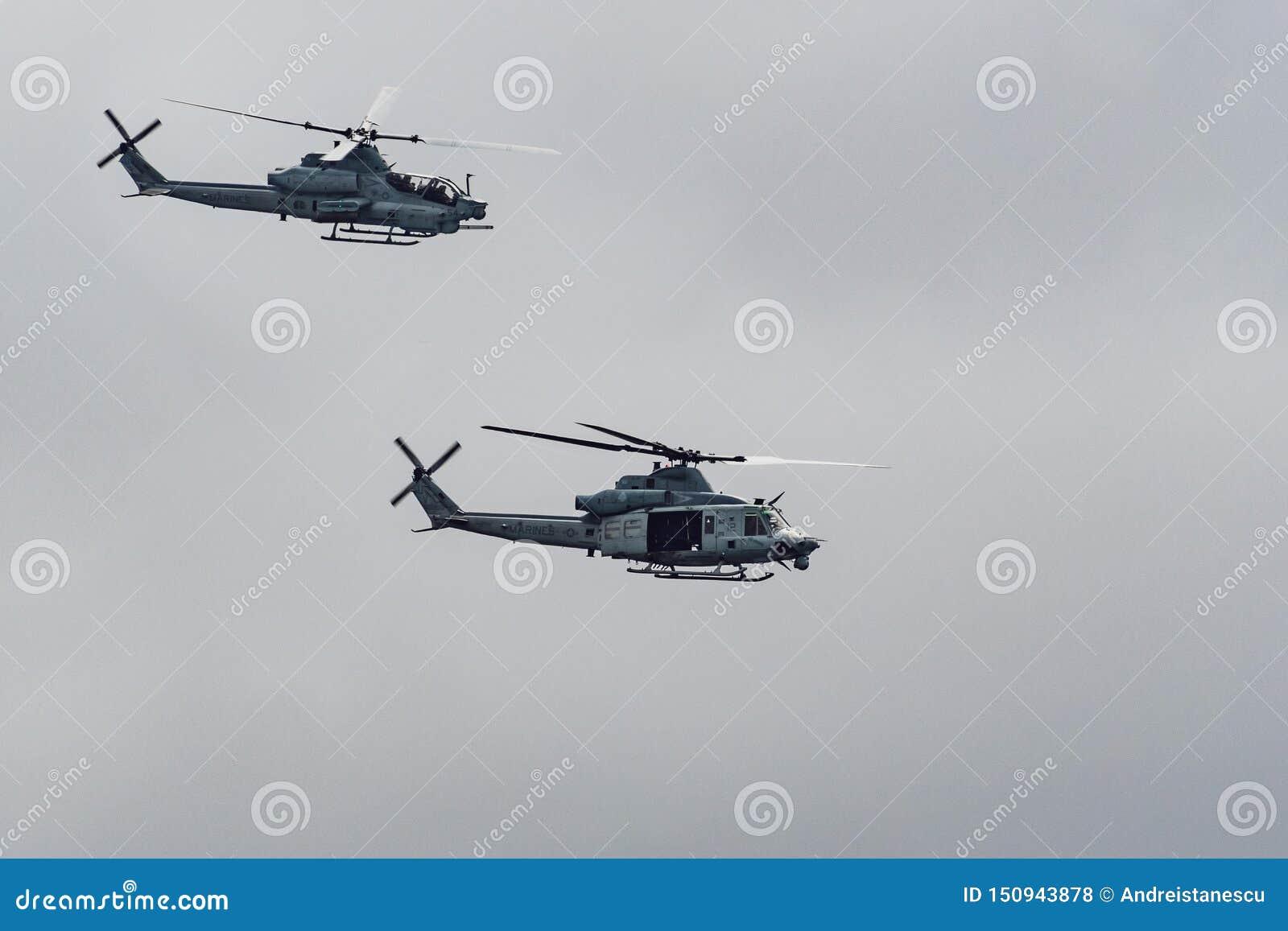 2019年6月14日佩斯卡德罗/加州/美国-飞行接近太平洋海岸线的两架海军陆战队员直升机;多云天空背景
