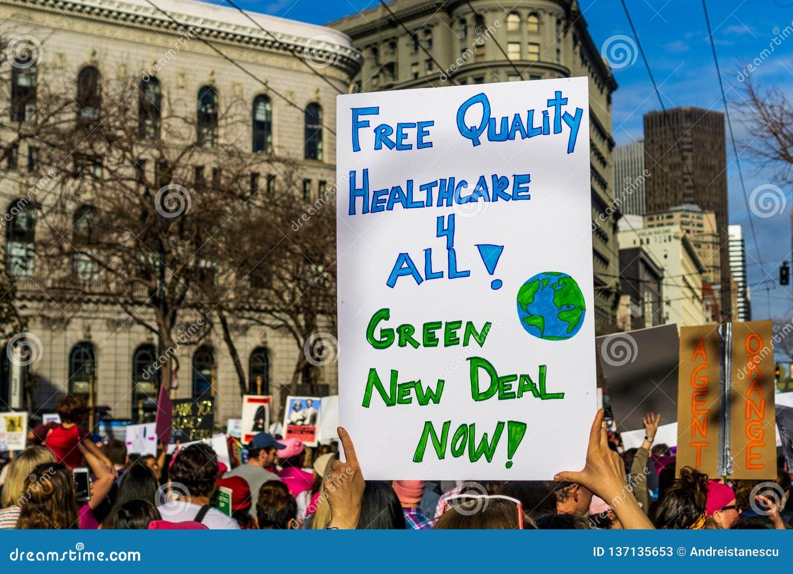 2019年1月19日旧金山/加州/美国-妇女的3月自由医疗保健和绿色罗斯福新政标志
