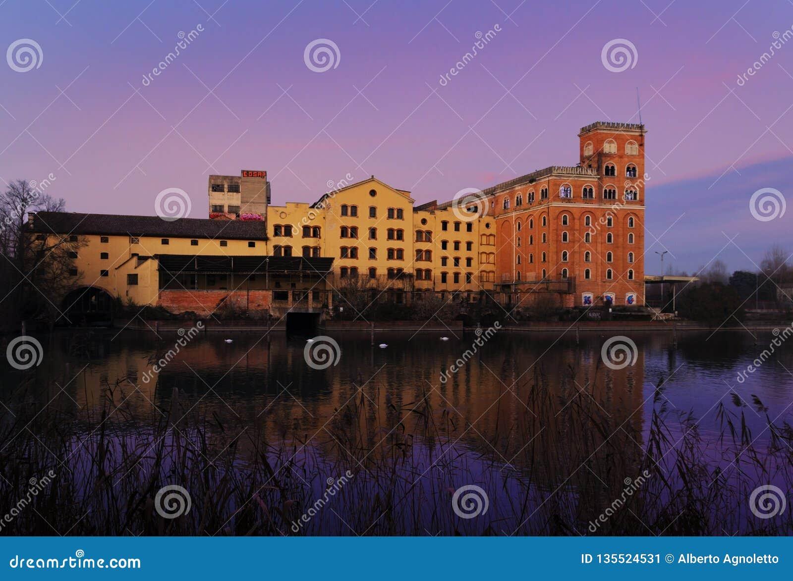 2018年12月30日,西莱亚北部意大利:在日落的老Toso磨房