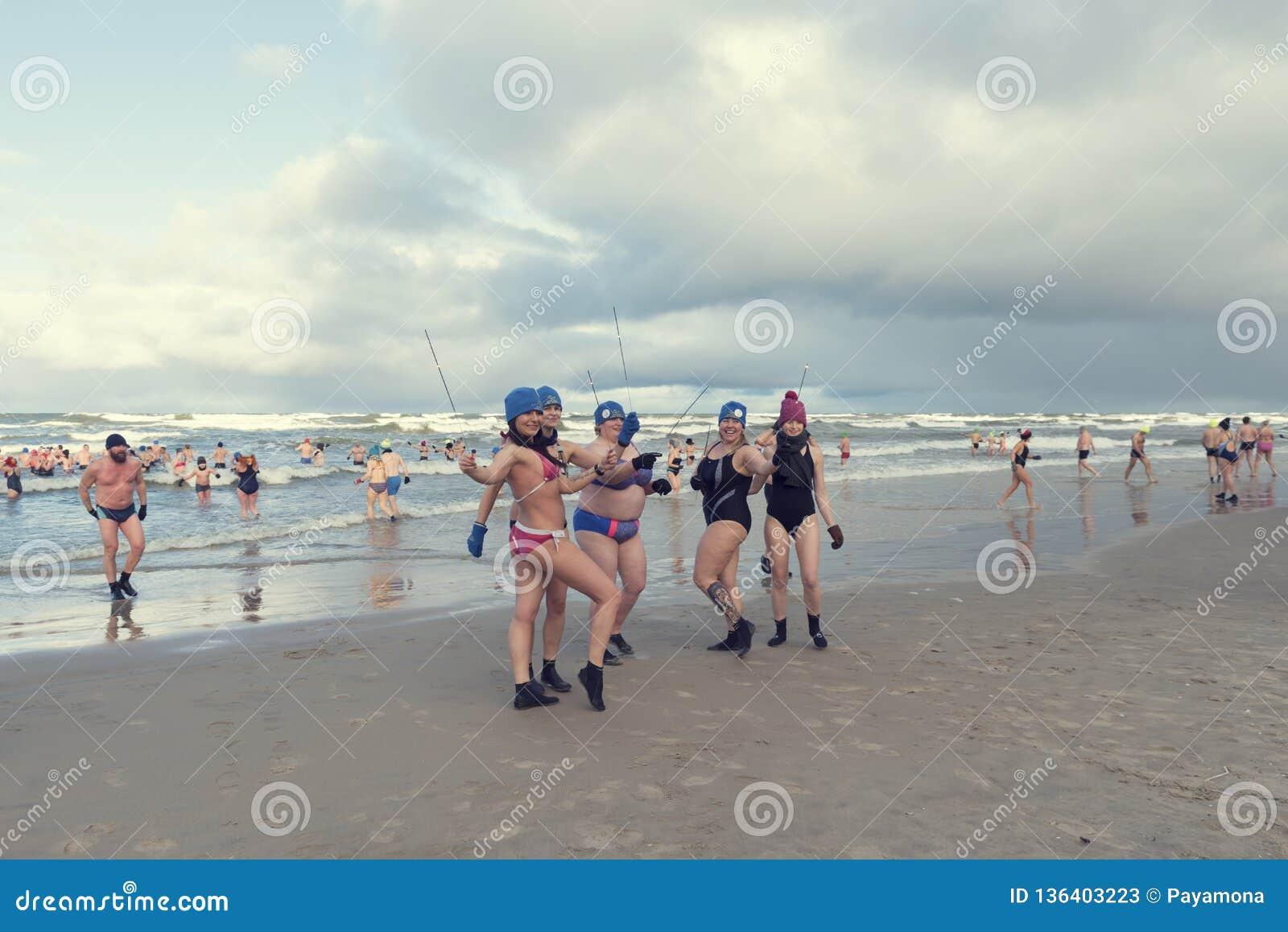 2019年1月5日,Stegna,波兰 游泳在海的人们在冬天期间 摆在与闪烁发光物的五个夫人