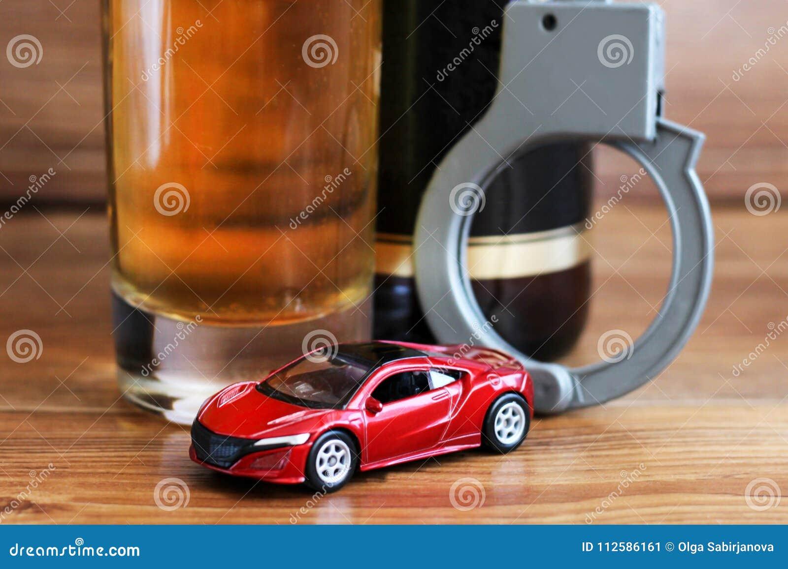 2018年3月19日 俄罗斯, Izhevsk 戏弄喝和驾驶概念的汽车和瓶