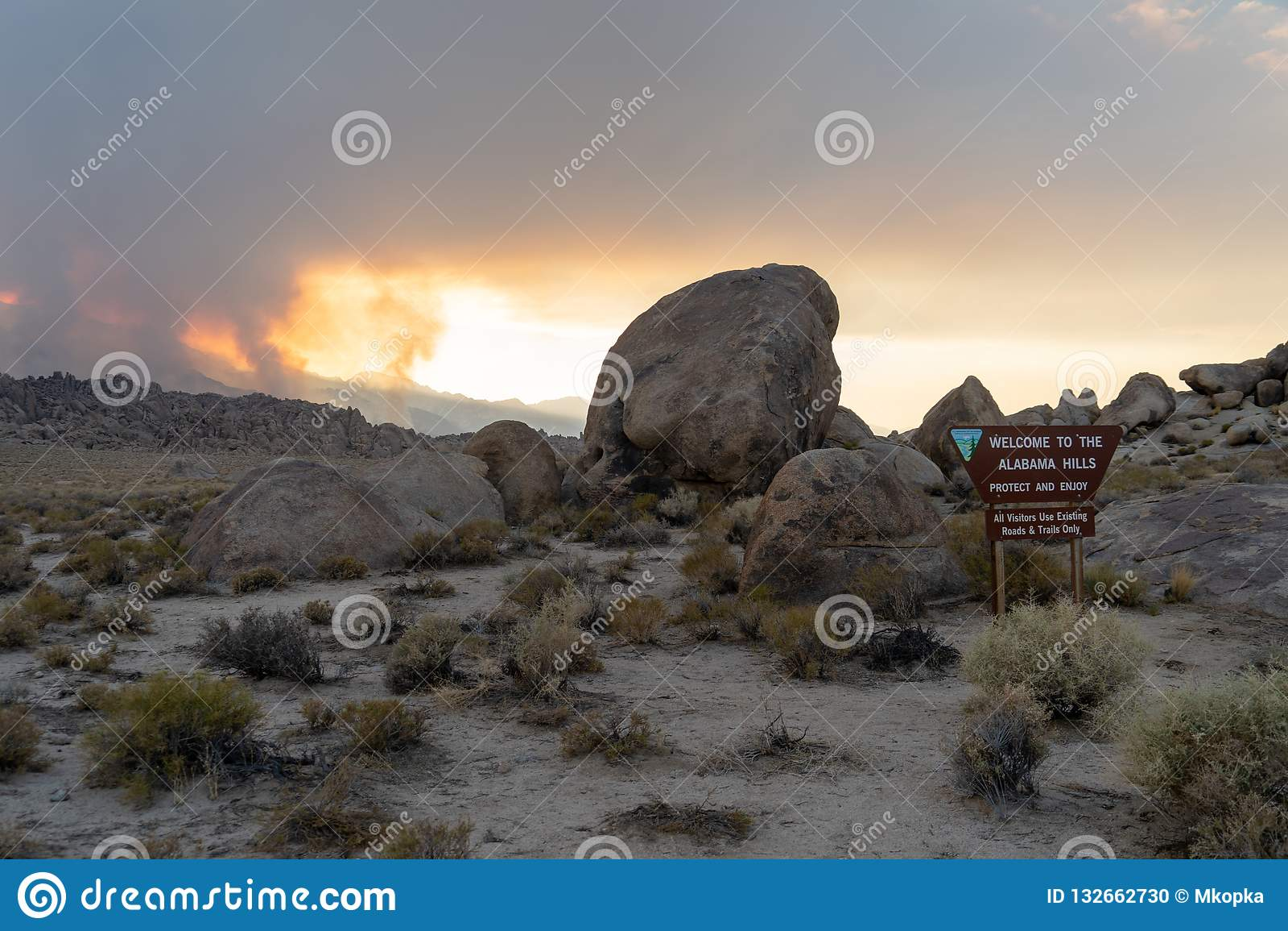2018年7月8日-孤立杉木,加州:阿拉巴马小山的标志在E