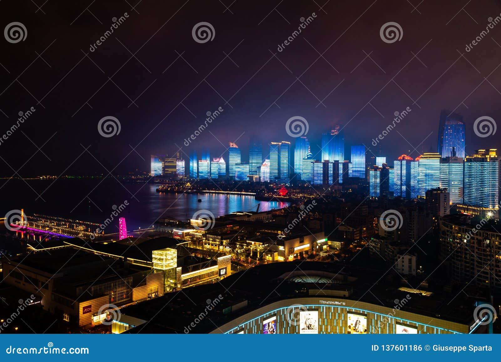 2018年6月-青岛,中国-为纳雷索夫山顶创造的青岛地平线新的lightshow