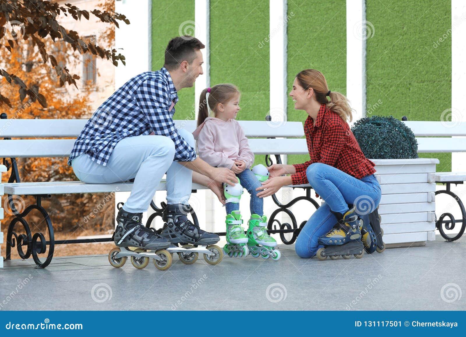 幸福家庭佩带的溜冰鞋