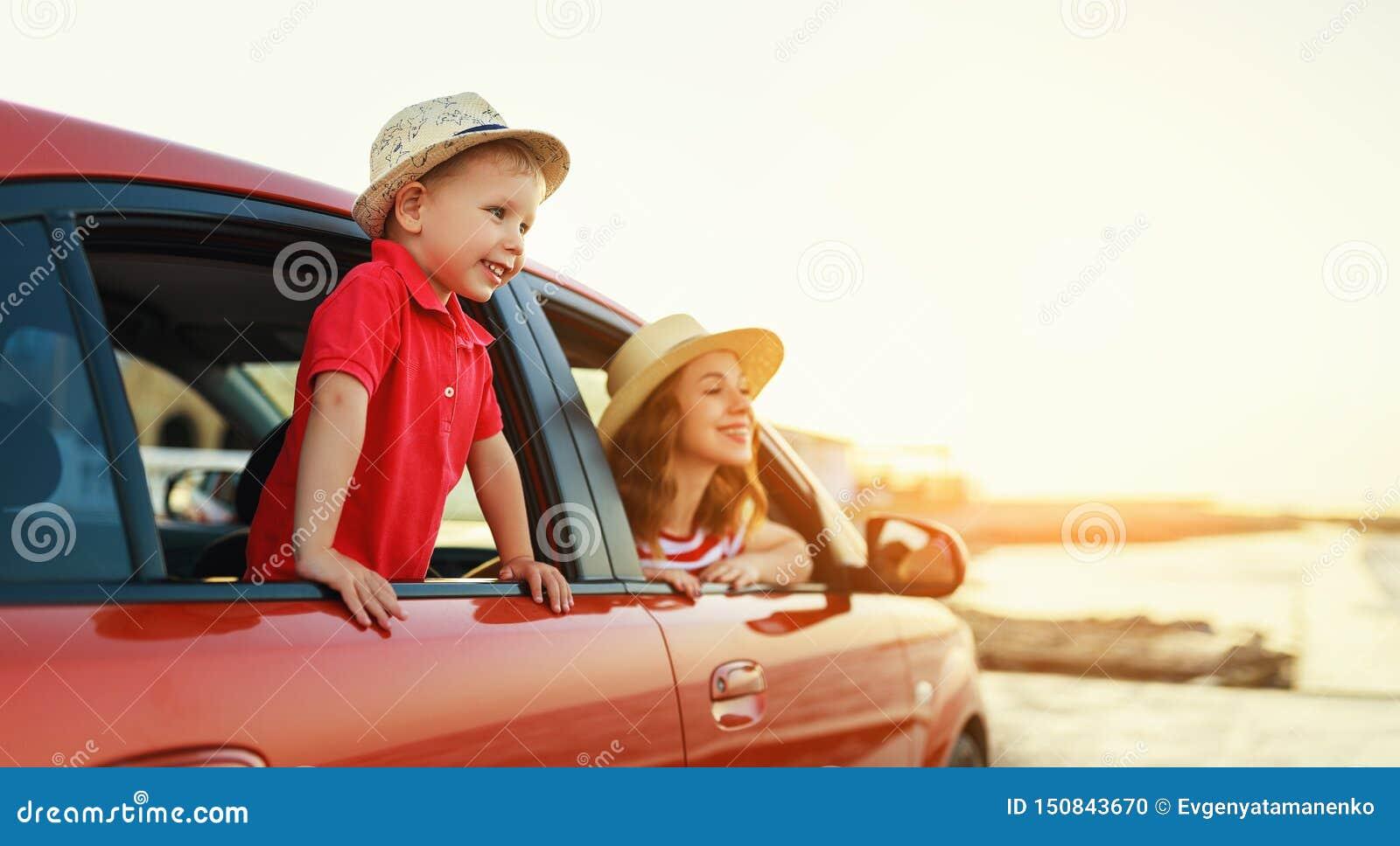 幸福家庭母亲和儿童男孩去夏天在汽车的旅行旅行