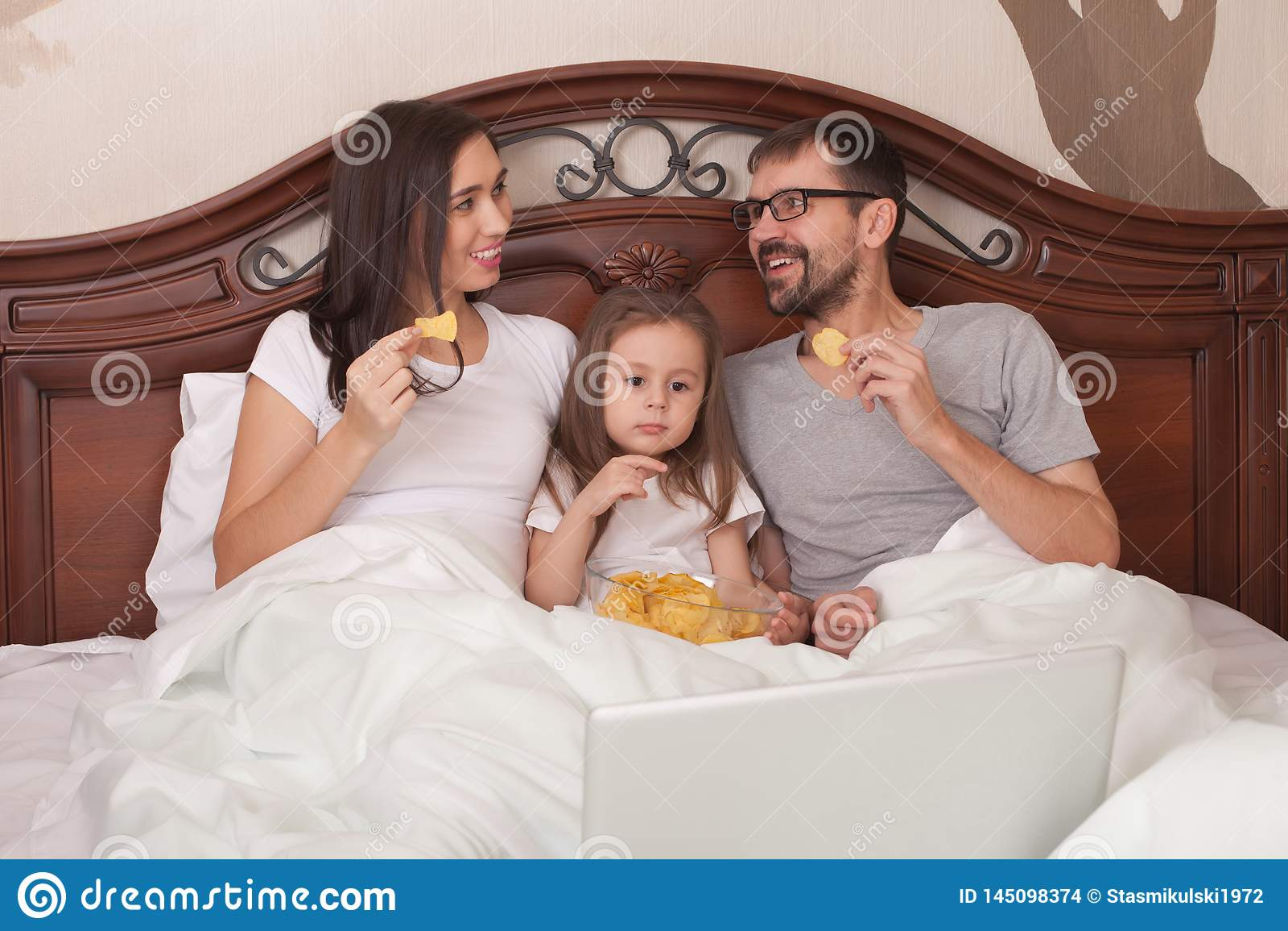 幸福家庭电影在床和吃芯片上