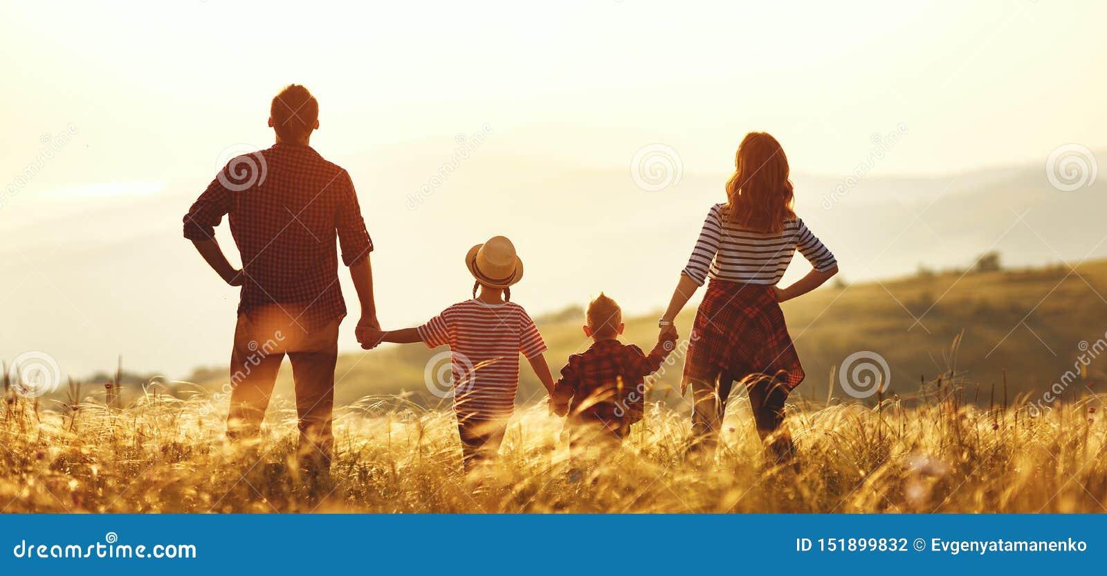 幸福家庭:母亲、父亲、日落的孩子儿子和女儿
