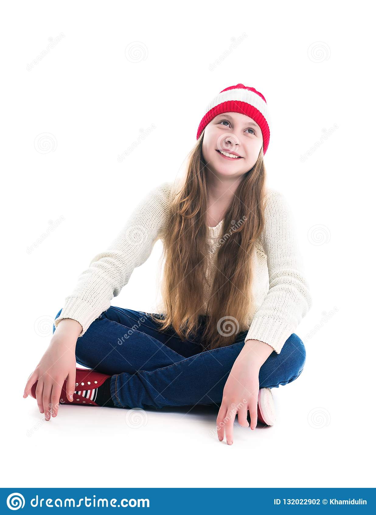 幸福寒假圣诞节 少年概念-微笑的年轻女人红色帽子的,围巾和在白色背景