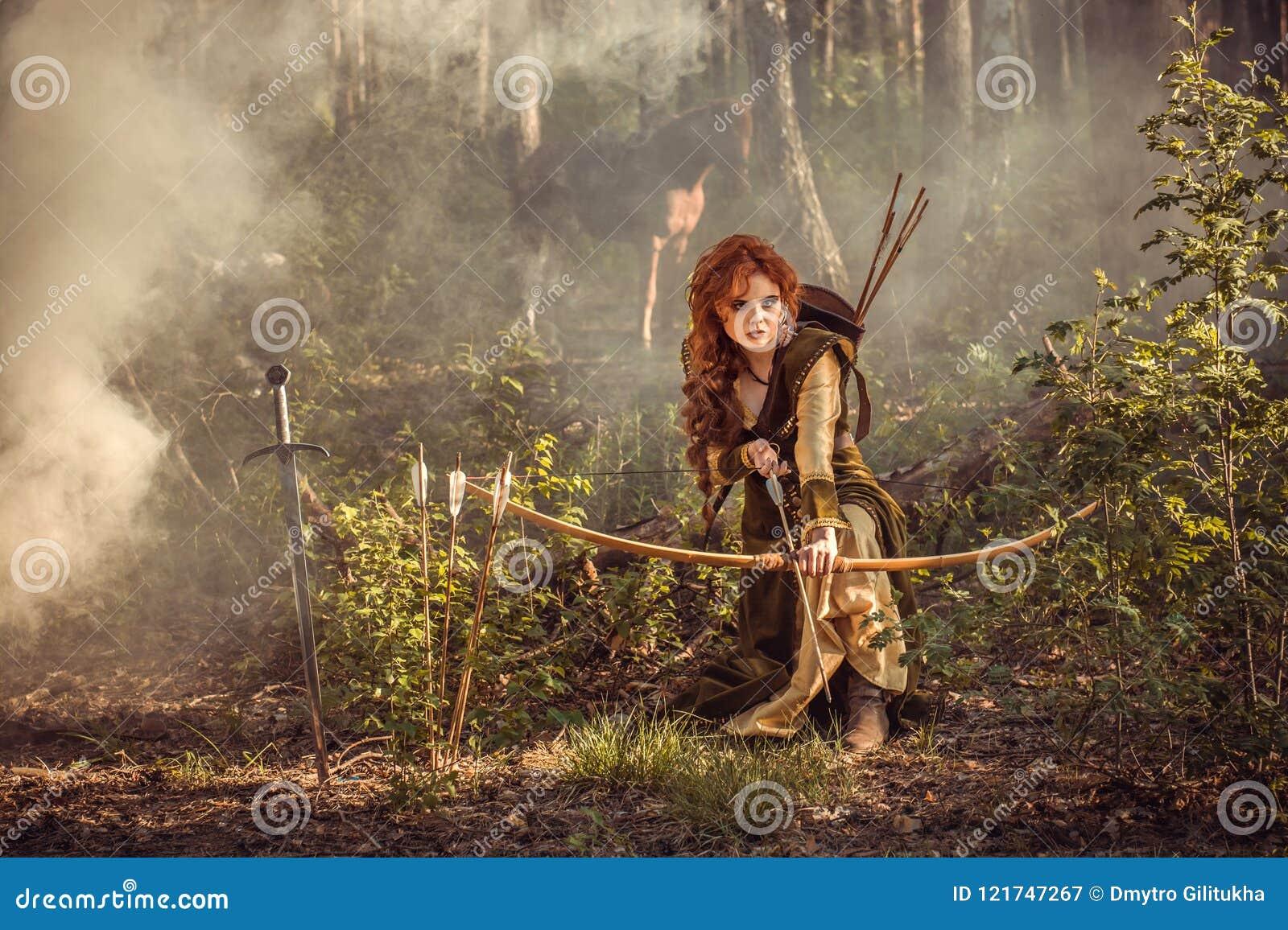 幻想中世纪妇女狩猎在奥秘森林里