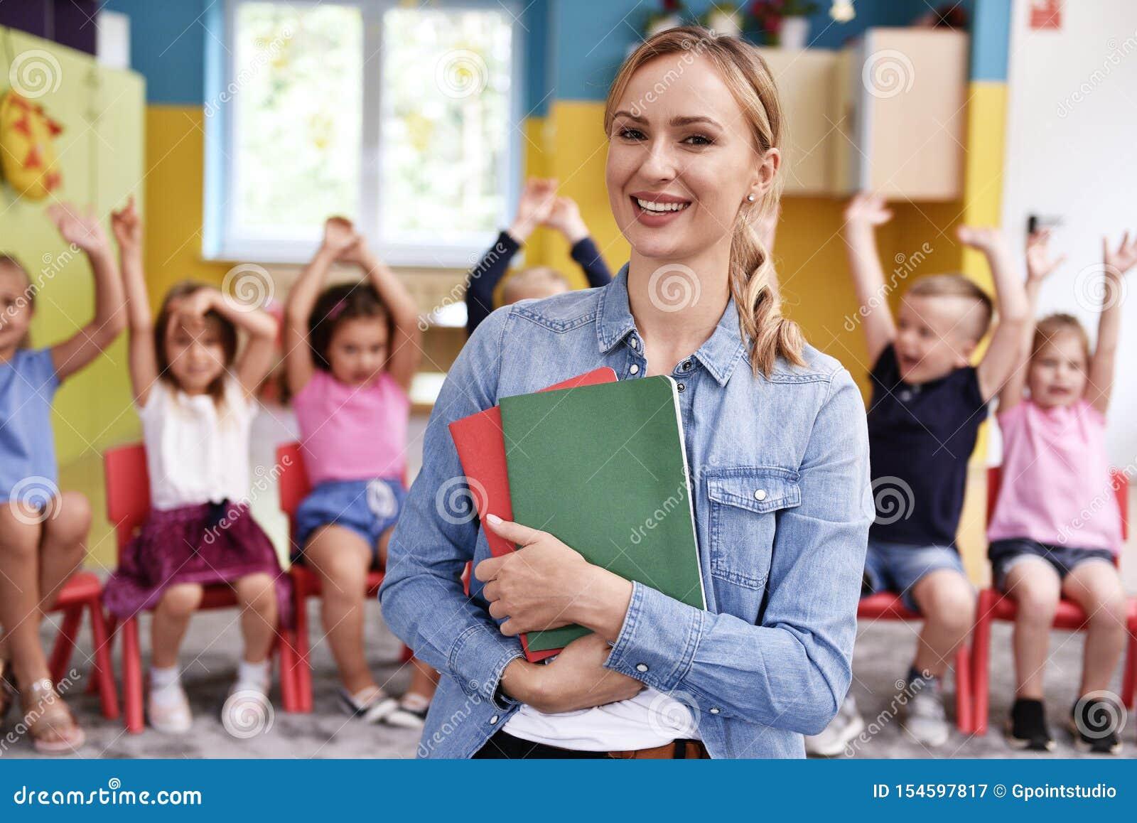 幼儿园的微笑的女老师