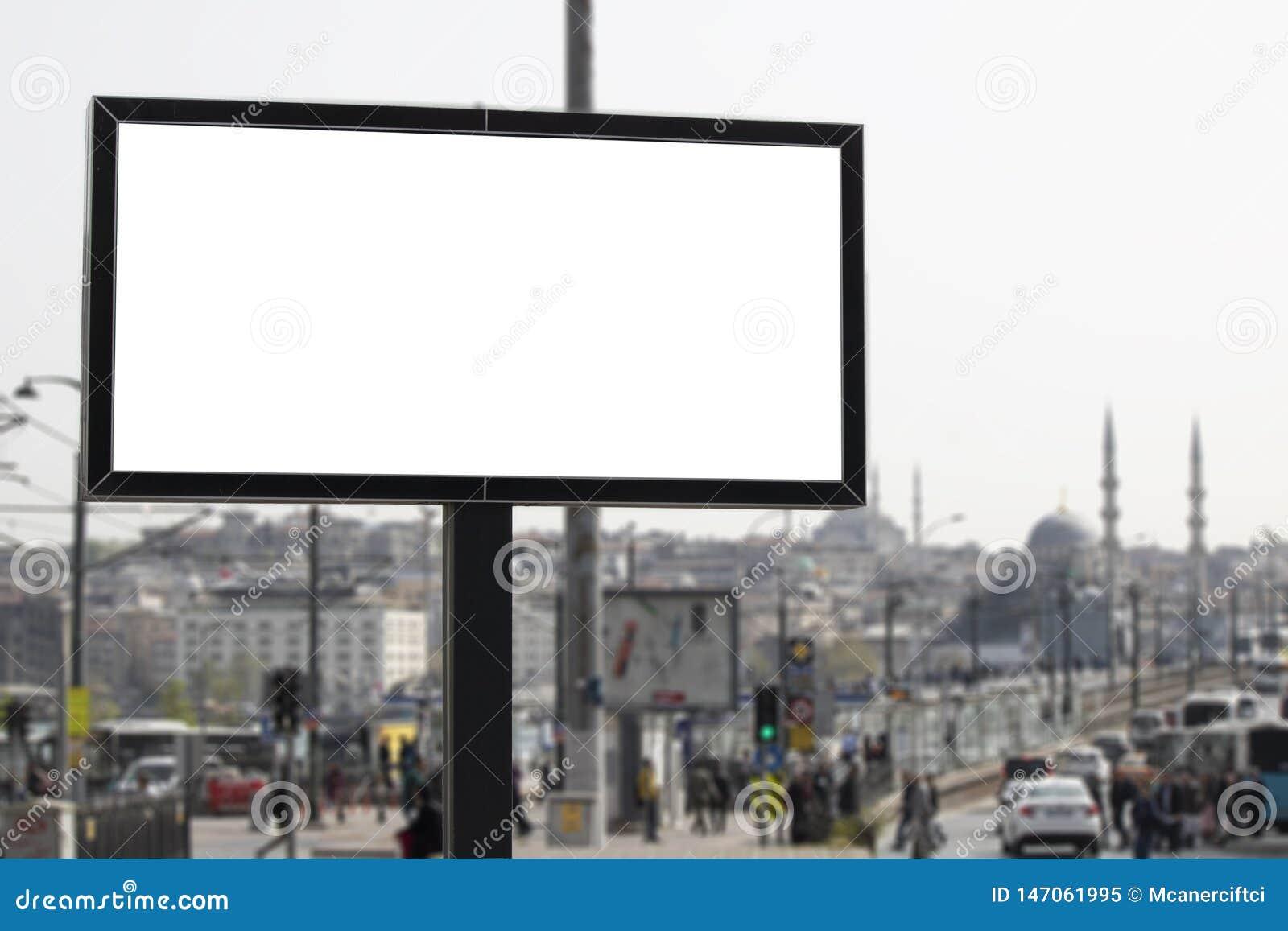 广告标志和城市和人们后边