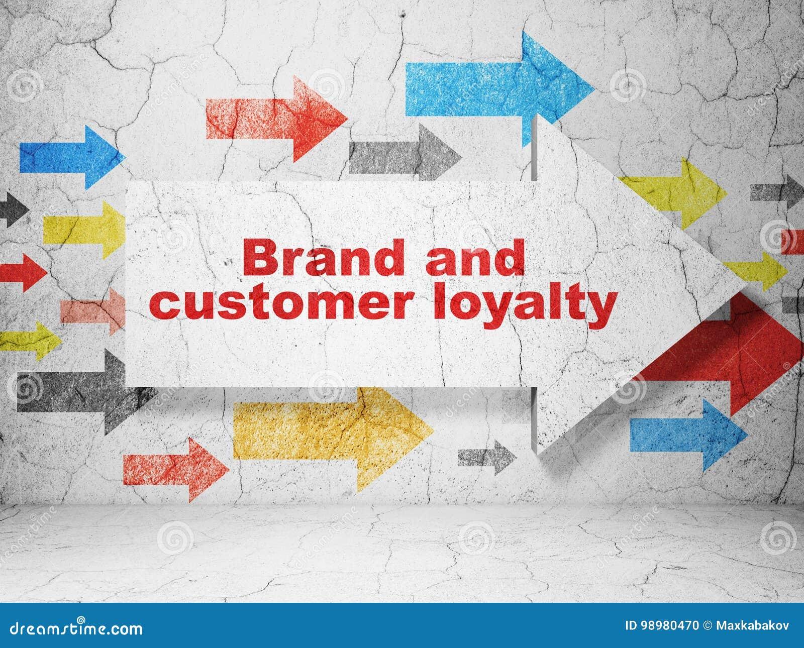 广告概念:与品牌和顾客忠诚的箭头在难看的东西墙壁背景