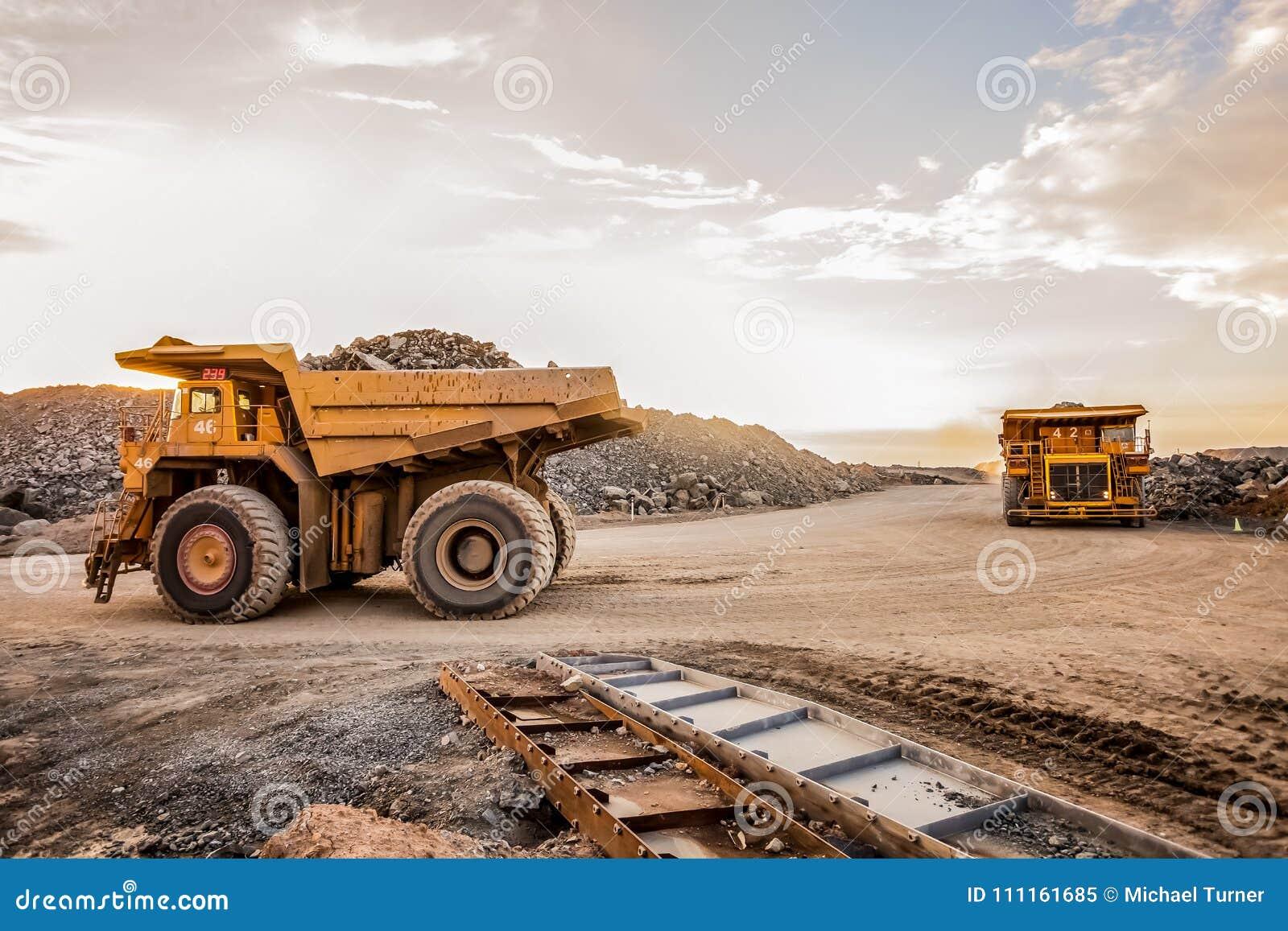 广角运输的矿石两辆大采矿翻斗车晃动