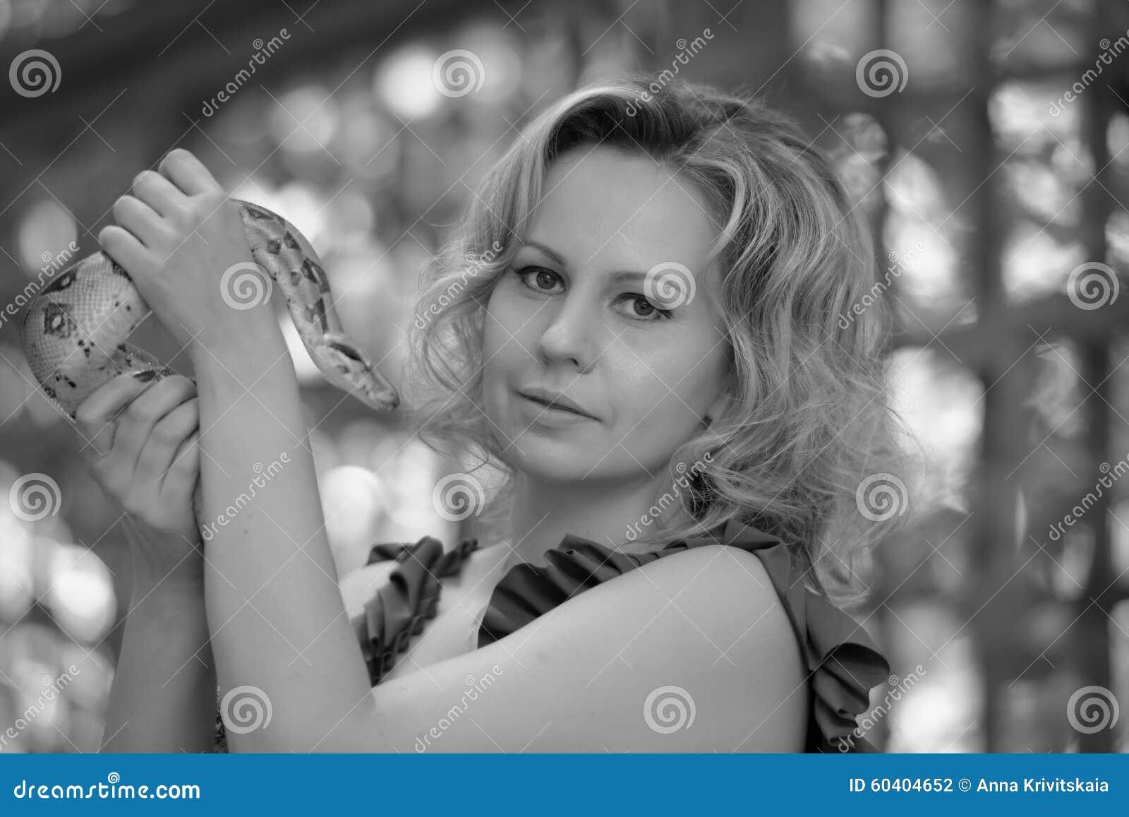 庄重装束的与Python,葡萄酒黑白照片白肤金发的妇女,